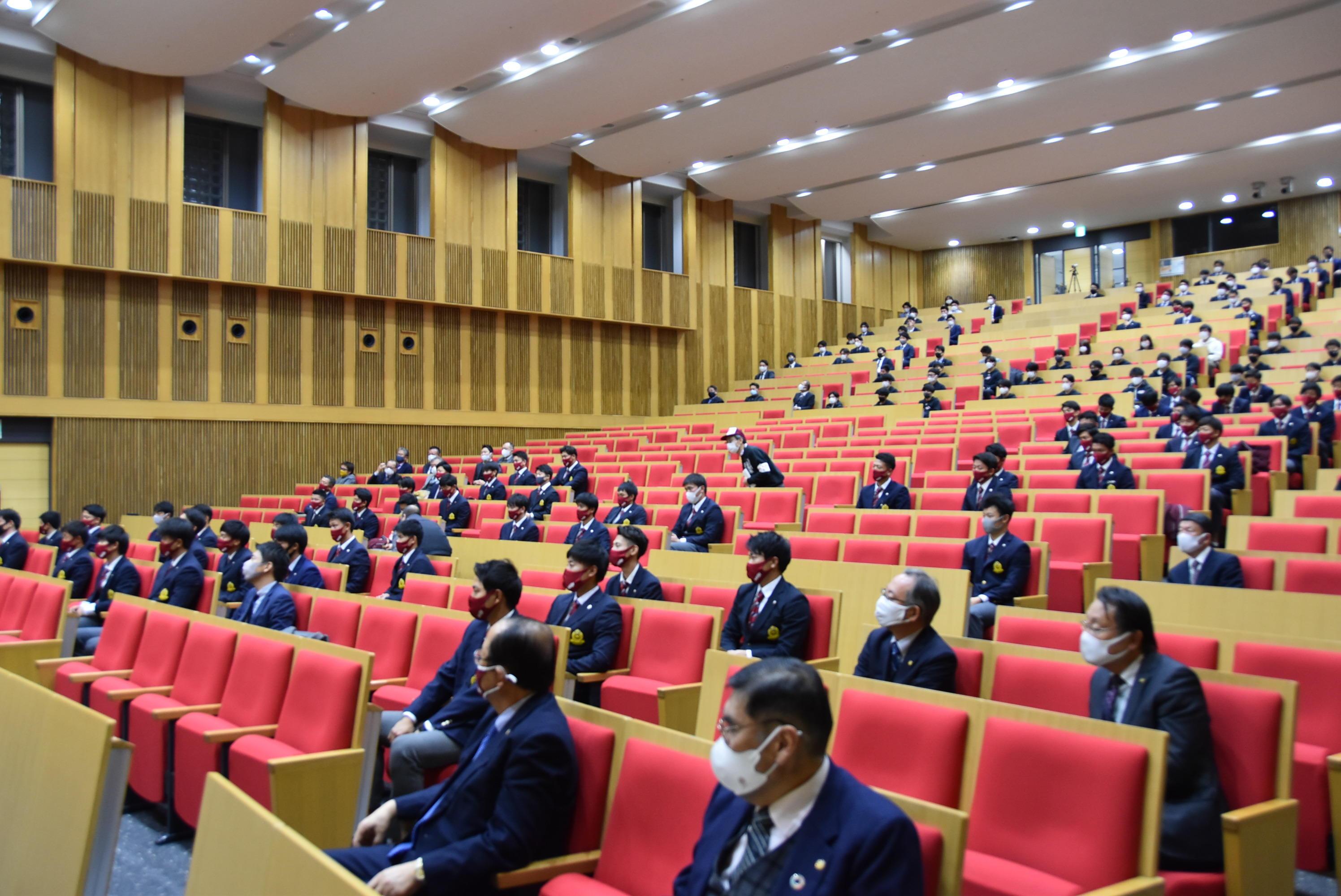 新型コロナウイルス感染症対策で離れて座る参加者
