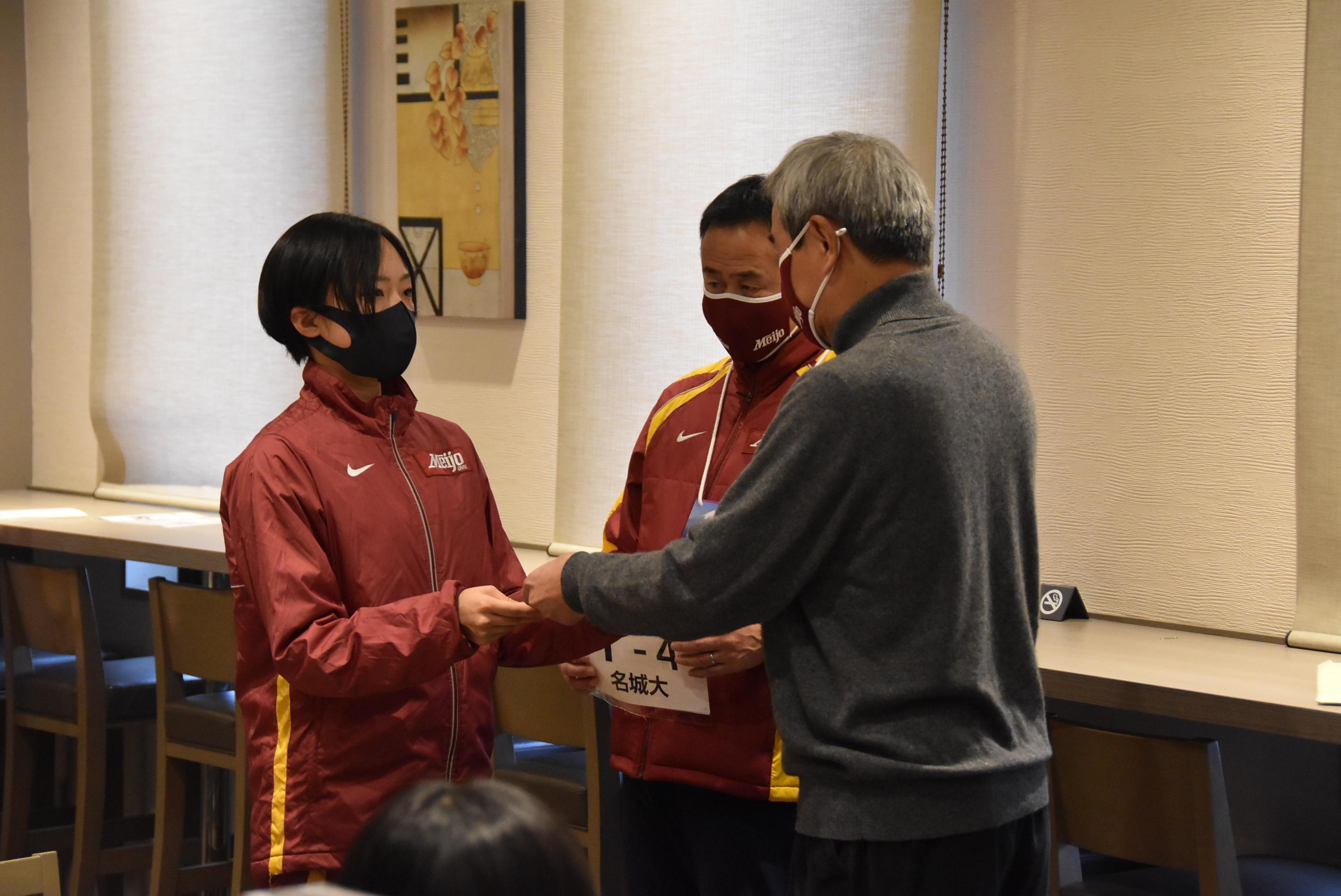ゼッケンを受け取る鴨志田選手と加鳥部長