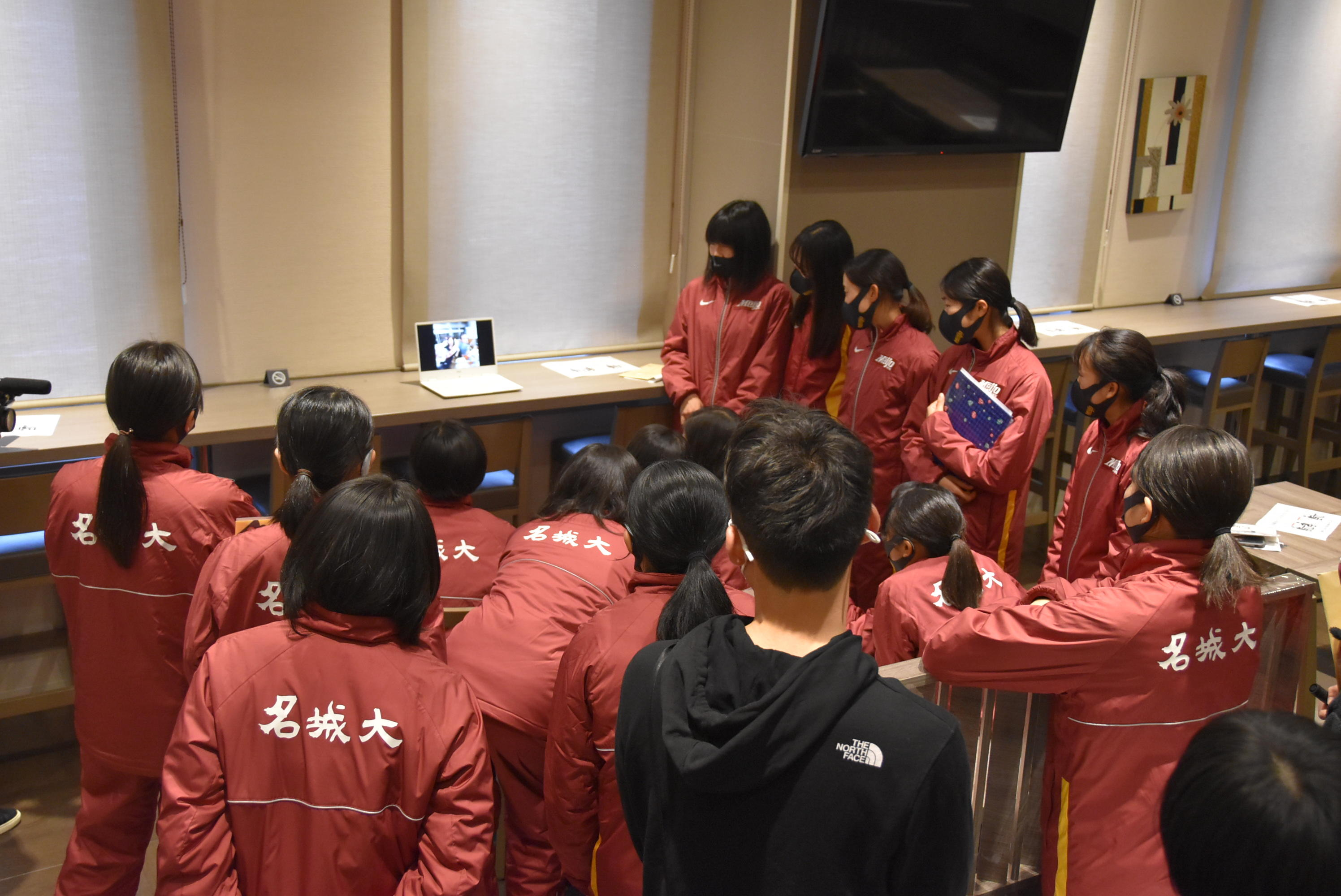 加藤選手作成のモチベーション動画を見入る選手たち