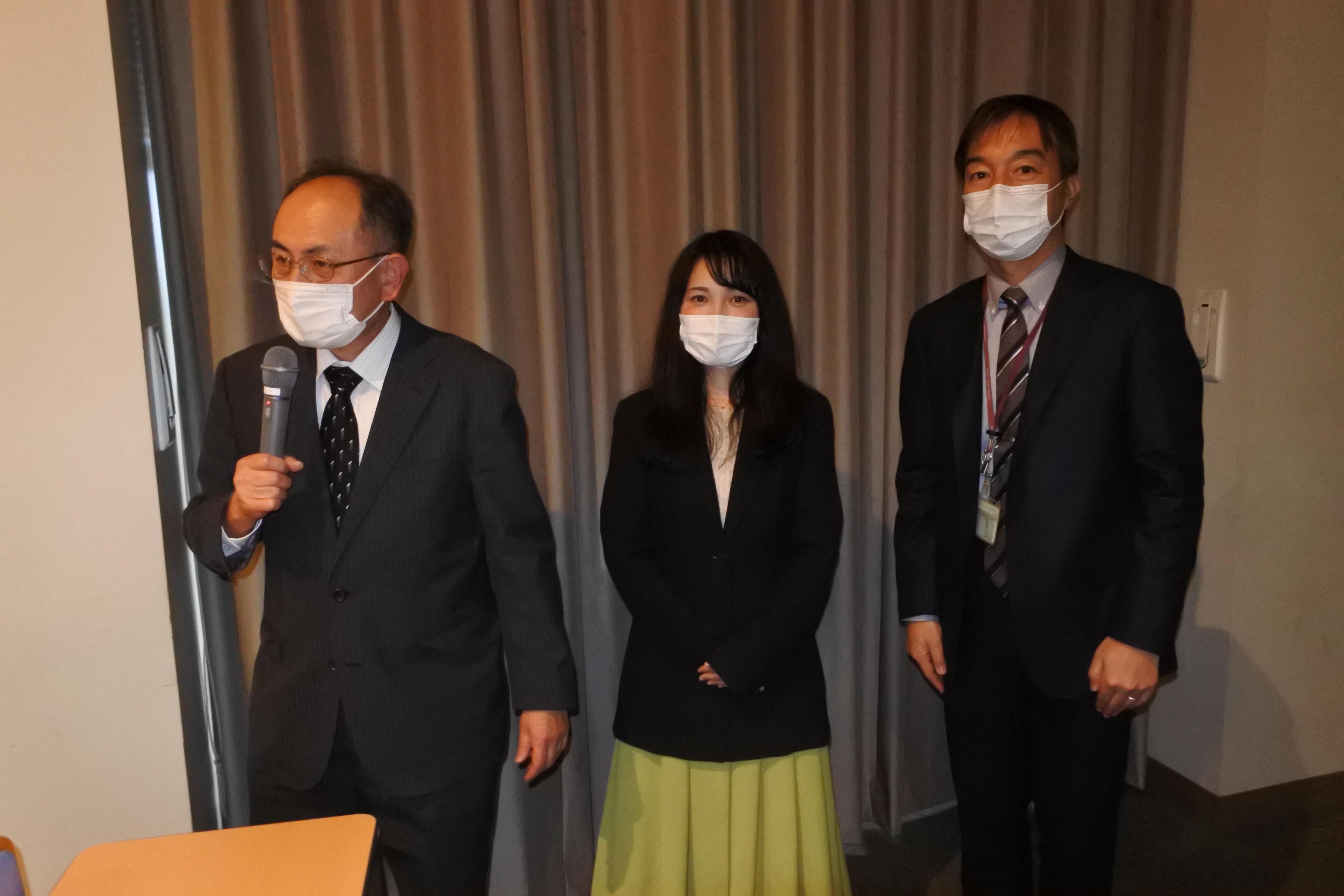 閉会あいさつをする礒井俊行教授