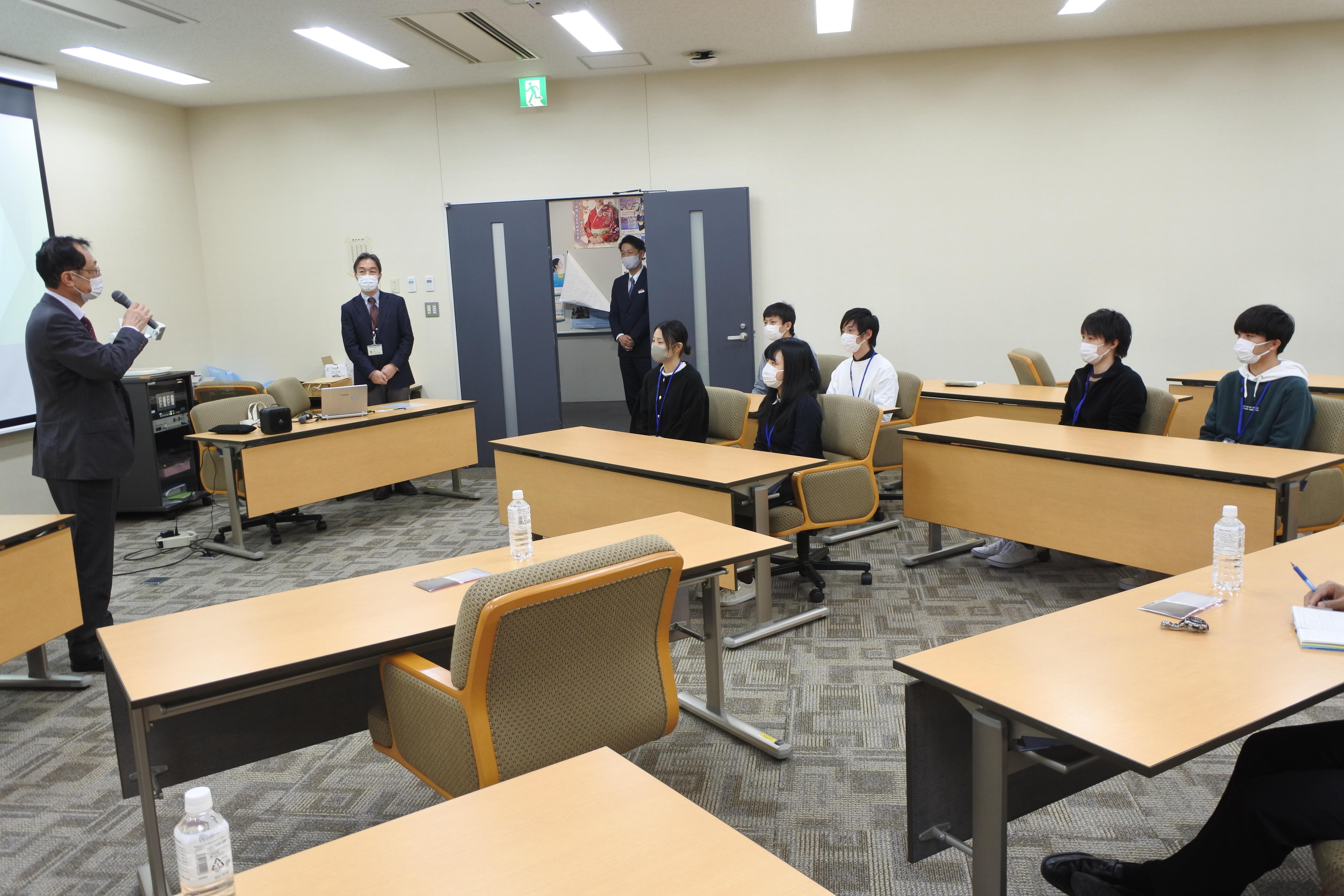 伊藤市長と意見交換する植物機能科学研究室の4年生