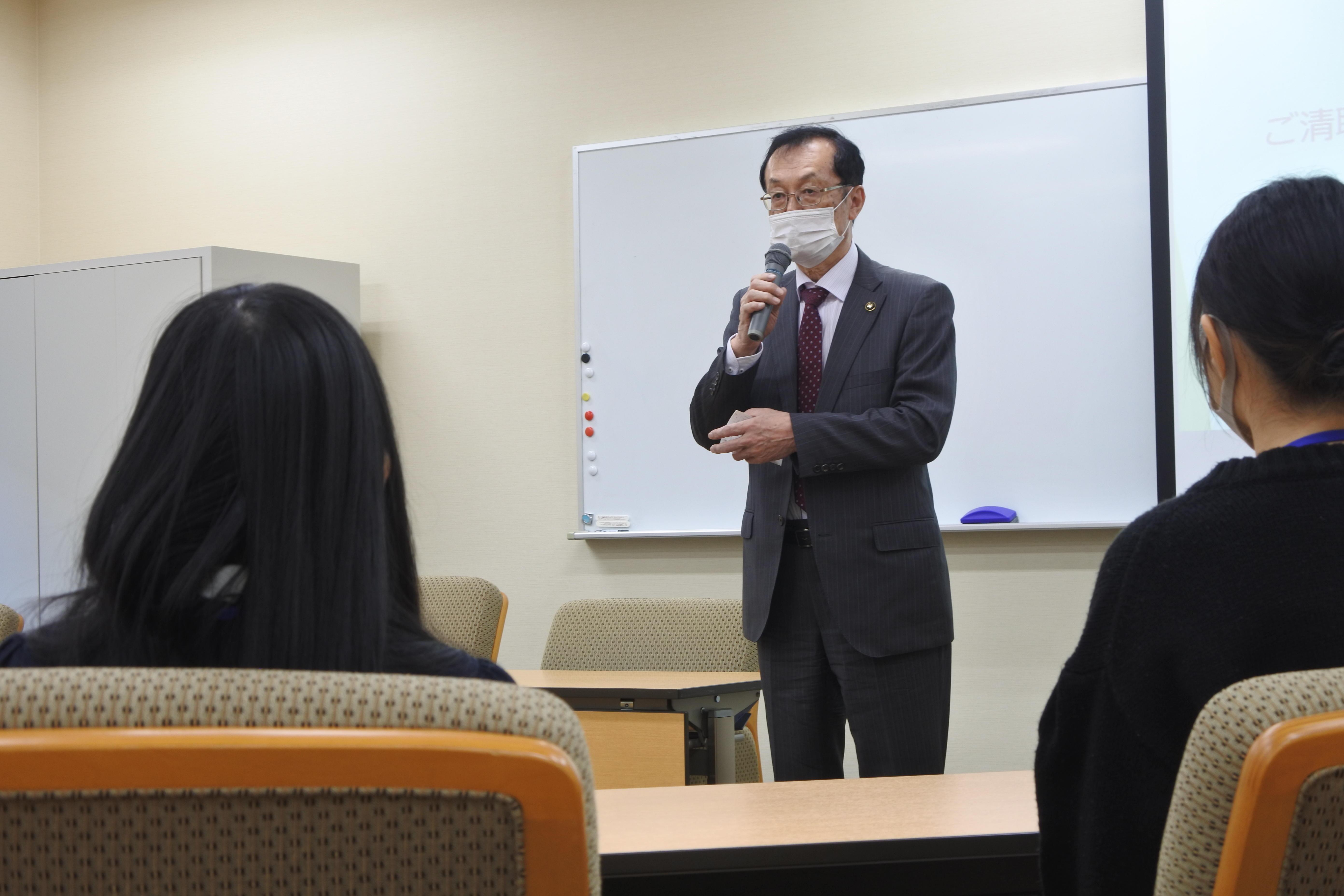学生たちに語り掛ける伊藤市長