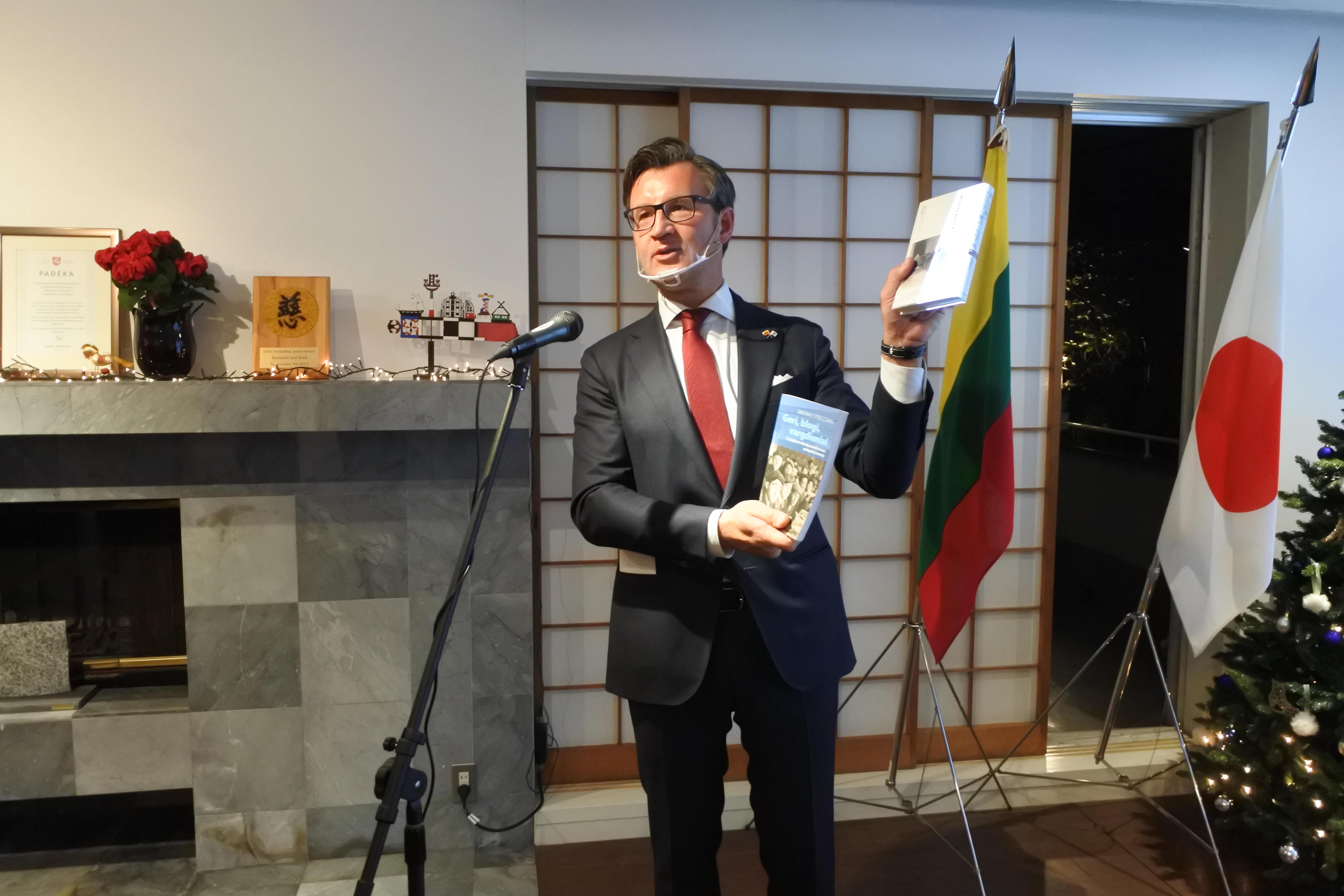原著と邦訳を手にあいさつするバルブオリス大使