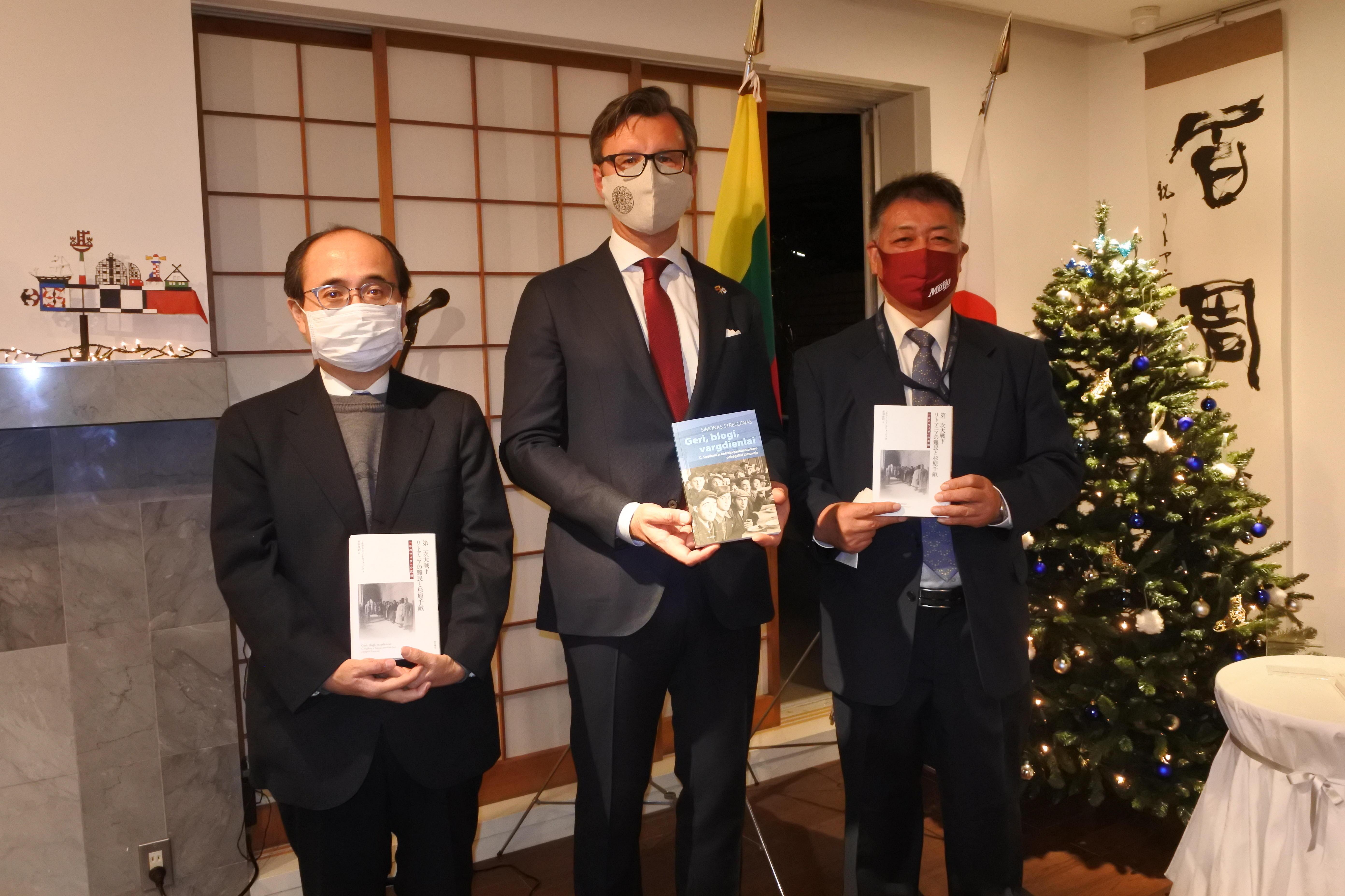 記念写真に納まる(左から)稲葉教授、バルブオリス大使、赤羽研究員