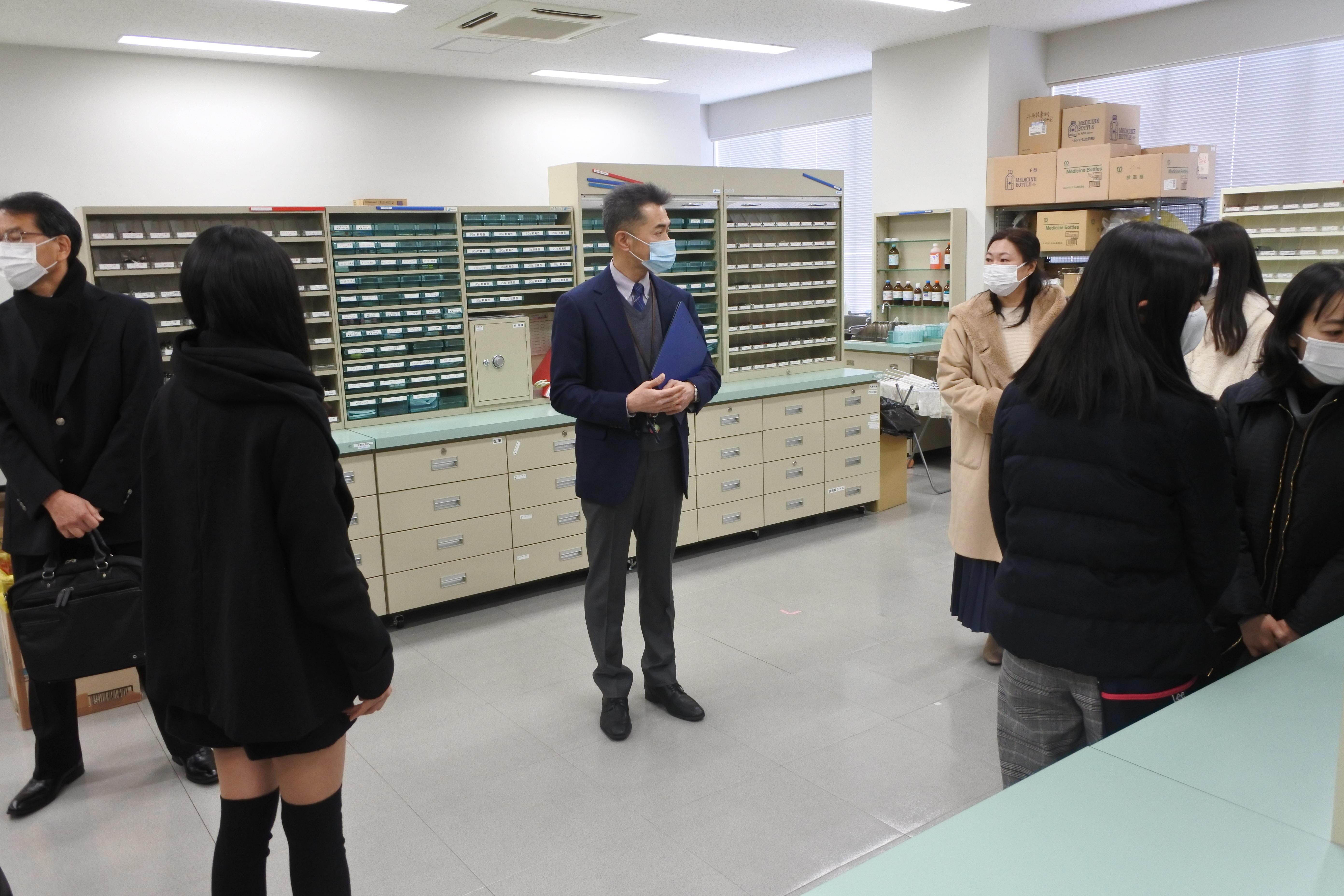 モデル薬局を案内する長谷川洋一教授