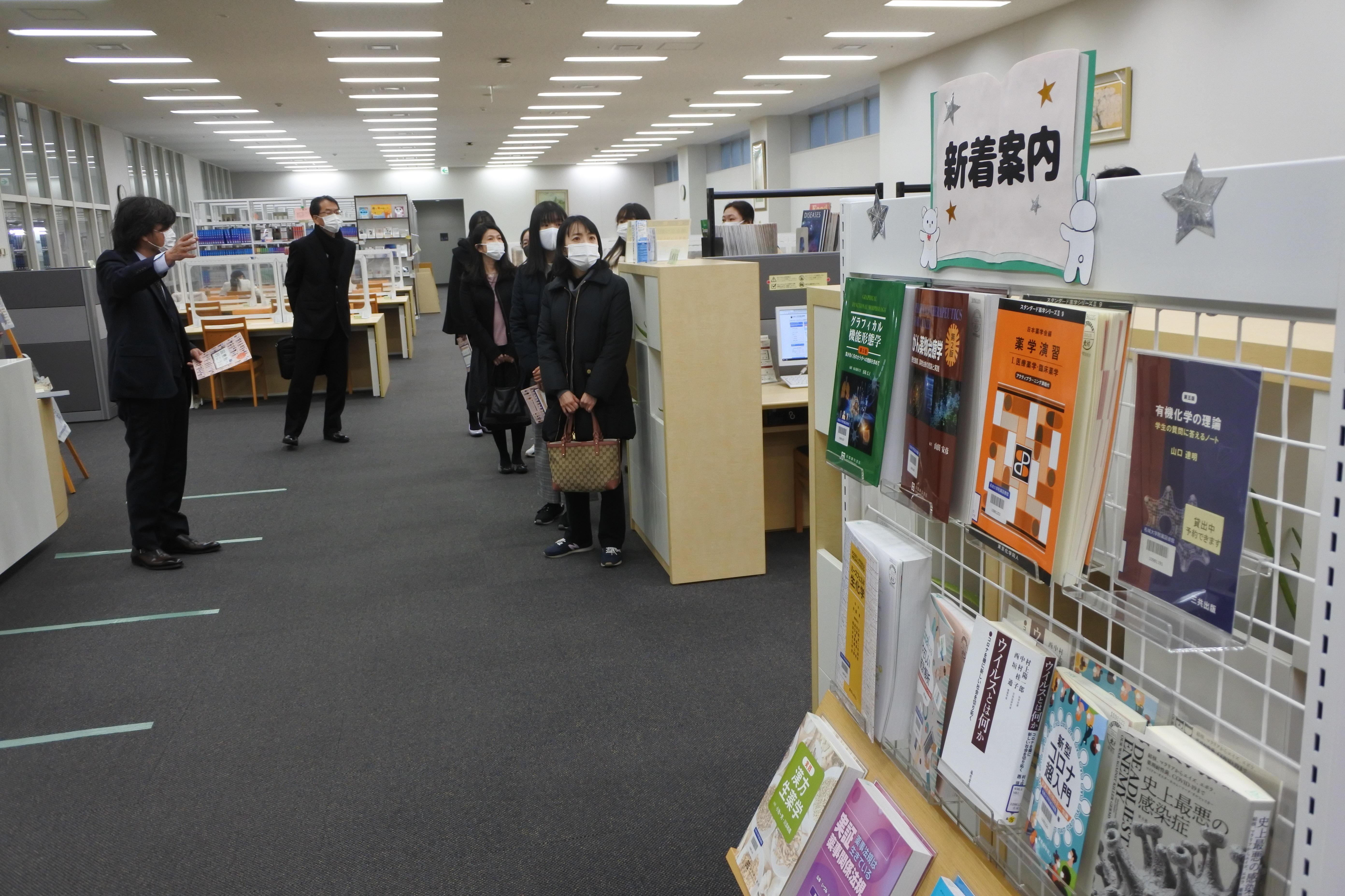 附属図書館薬学部分室を見せる灘井雅行学部長