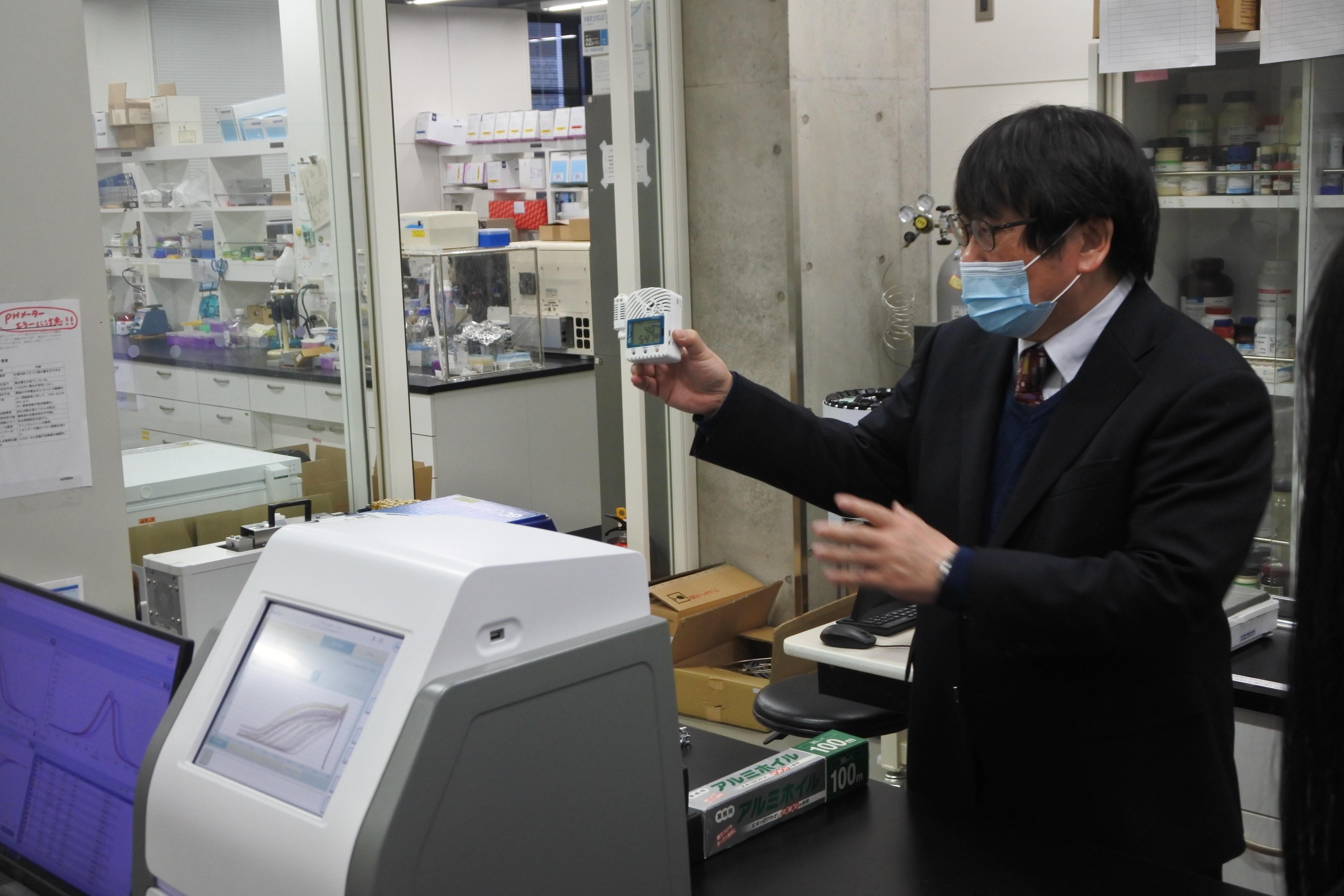 新型コロナウイルス感染防止対策の機器を紹介する神野透人教授