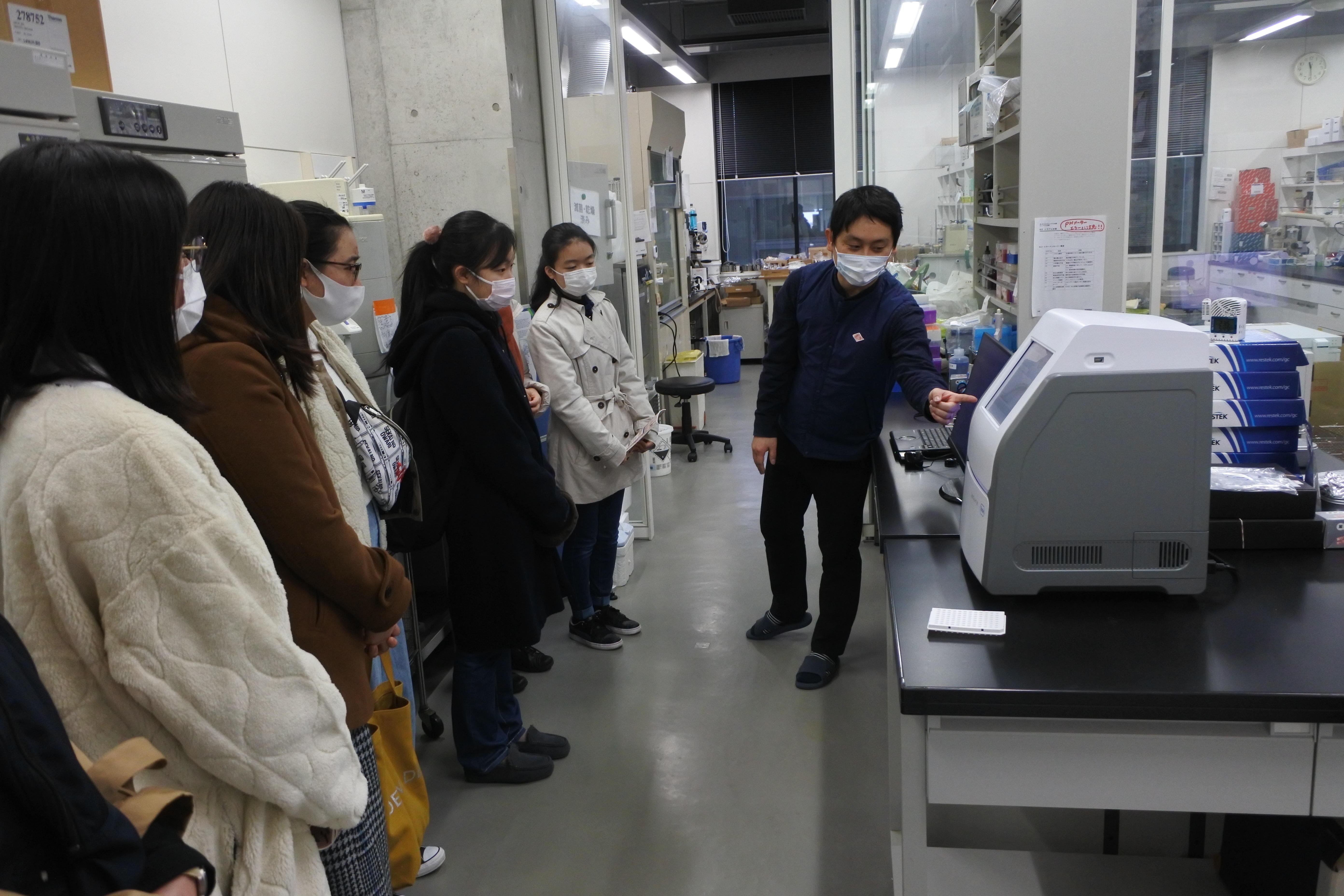 新型コロナウイルス研究について解説する青木明助教