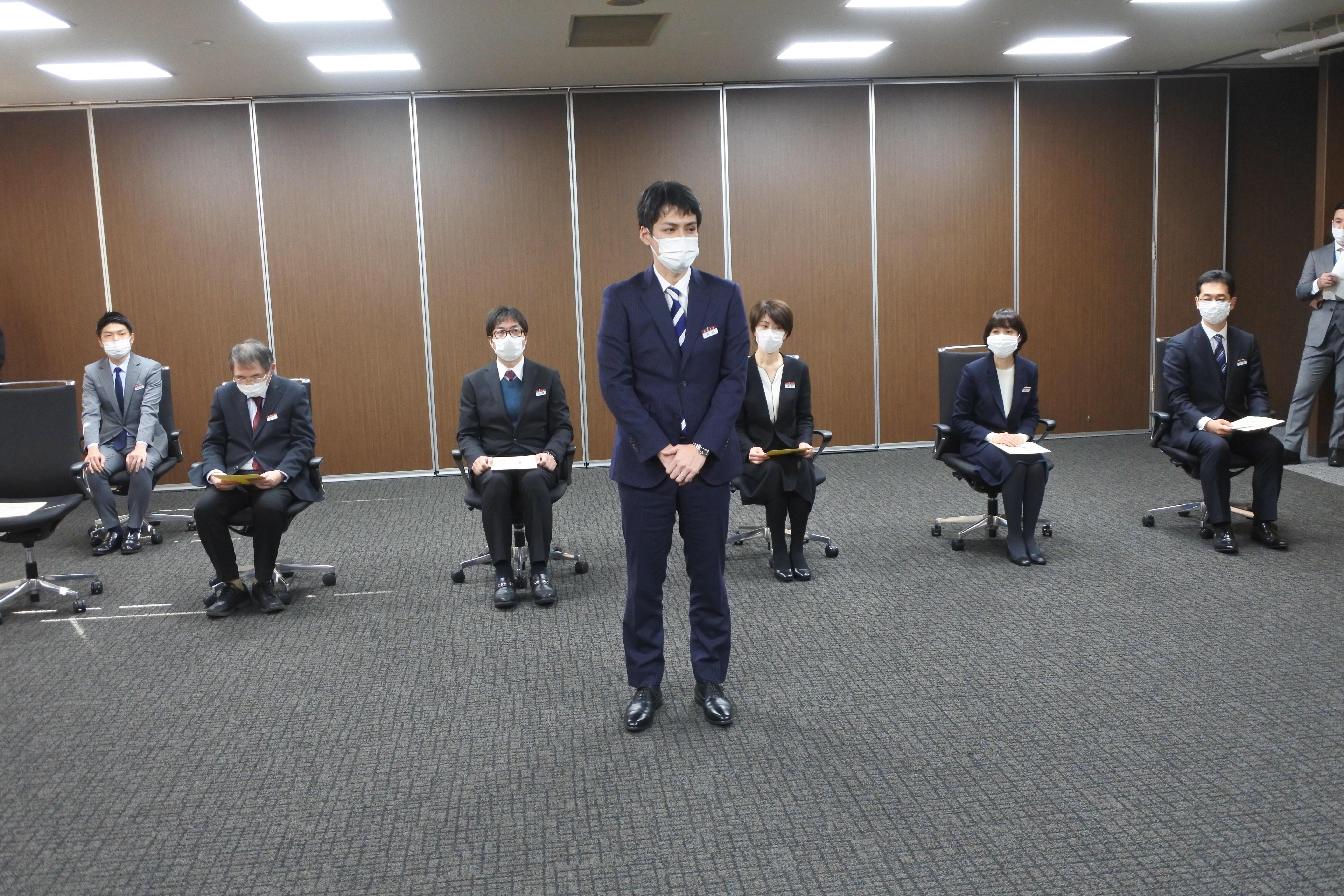 あいさつする角田哲也さん(中央)