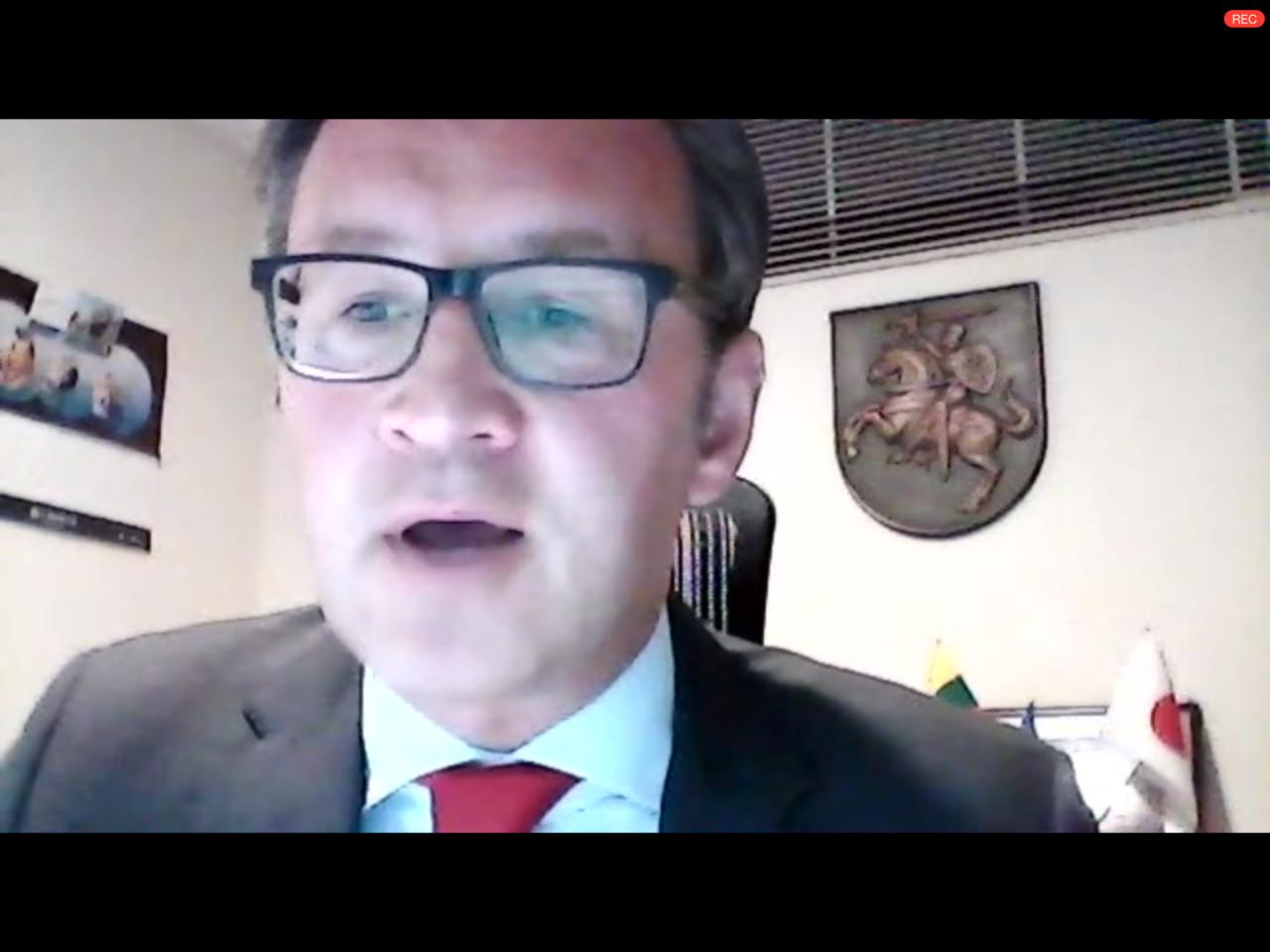 Zoomを通して祝辞を述べるリトアニアのゲディミナス・ヴァルヴォリス大使
