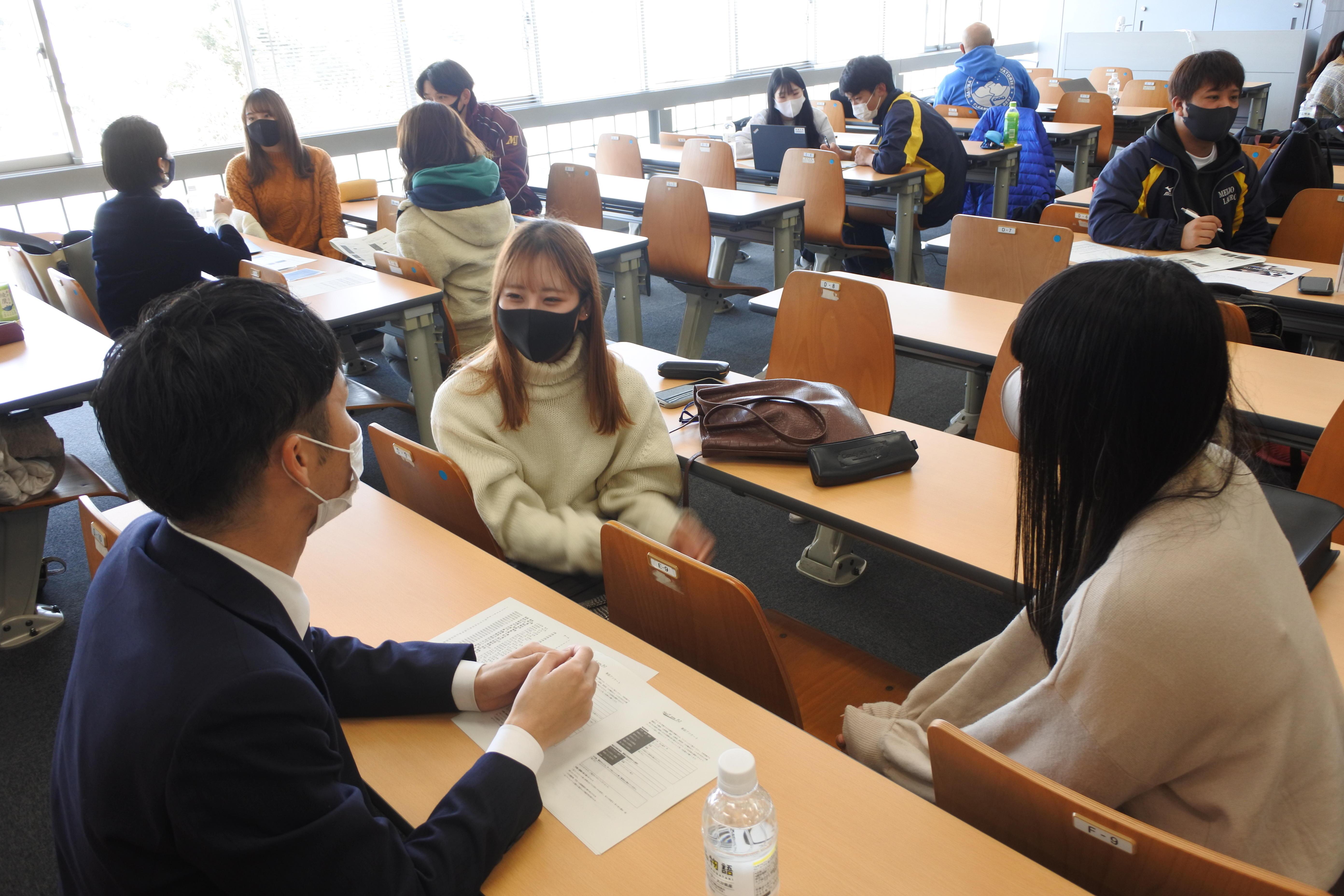 前田さん(左)の話を聞くゼミ生たち