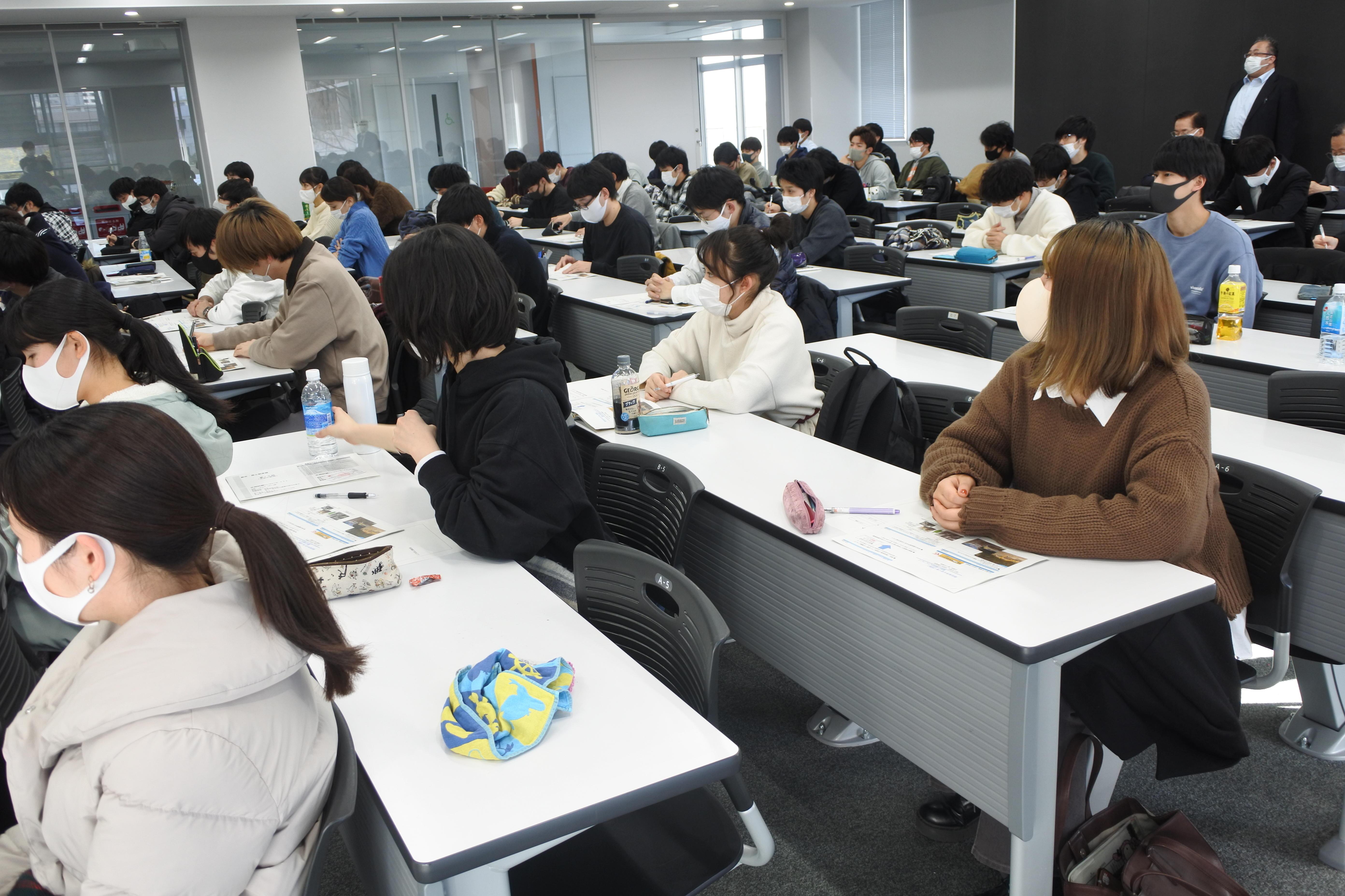 聴講する理工学部社会基盤デザイン工学科3年生たち(右後方は石川靖晃教授)