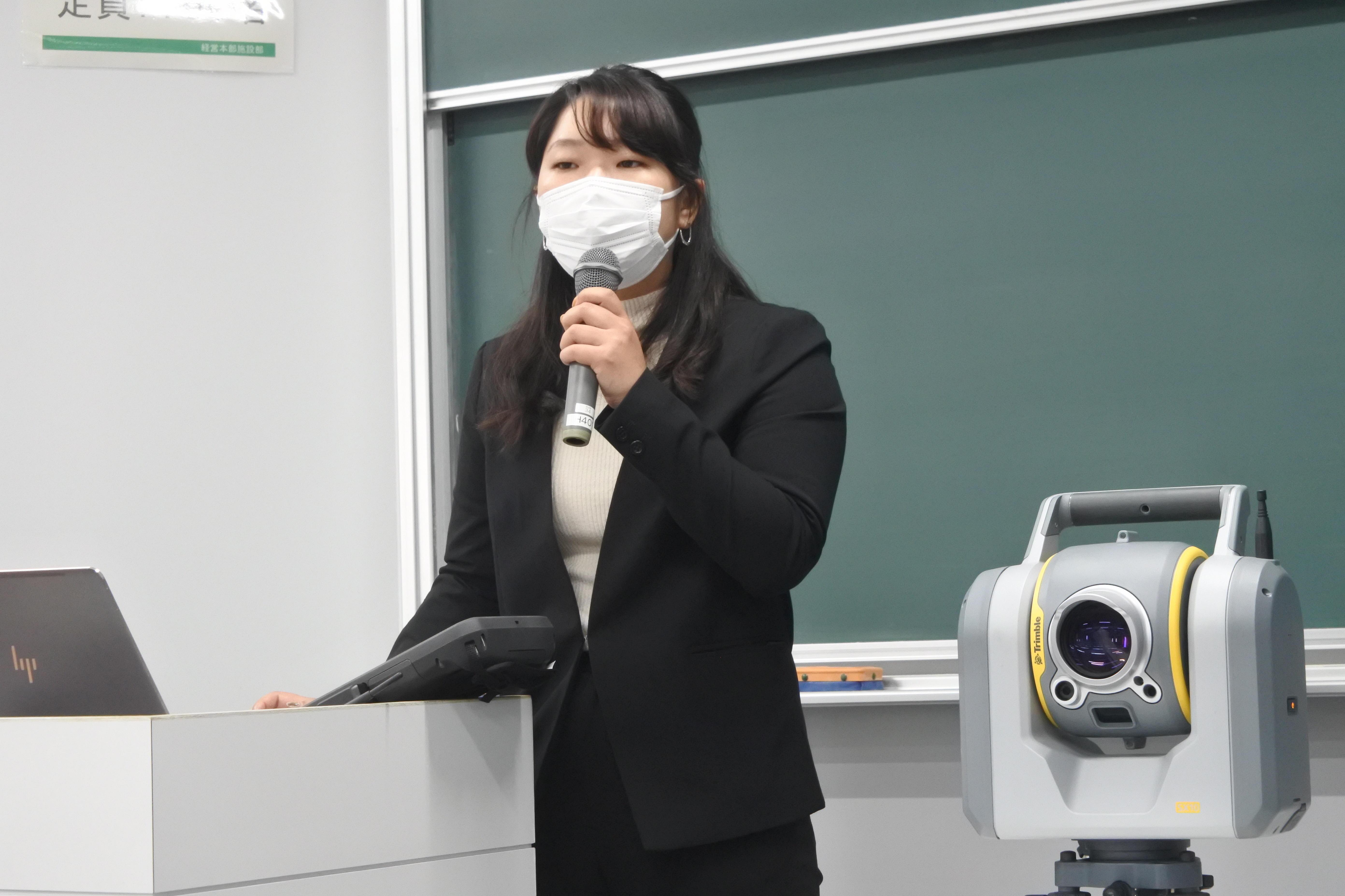 横幕果澄さん(右は地上型レーザースキャナー)