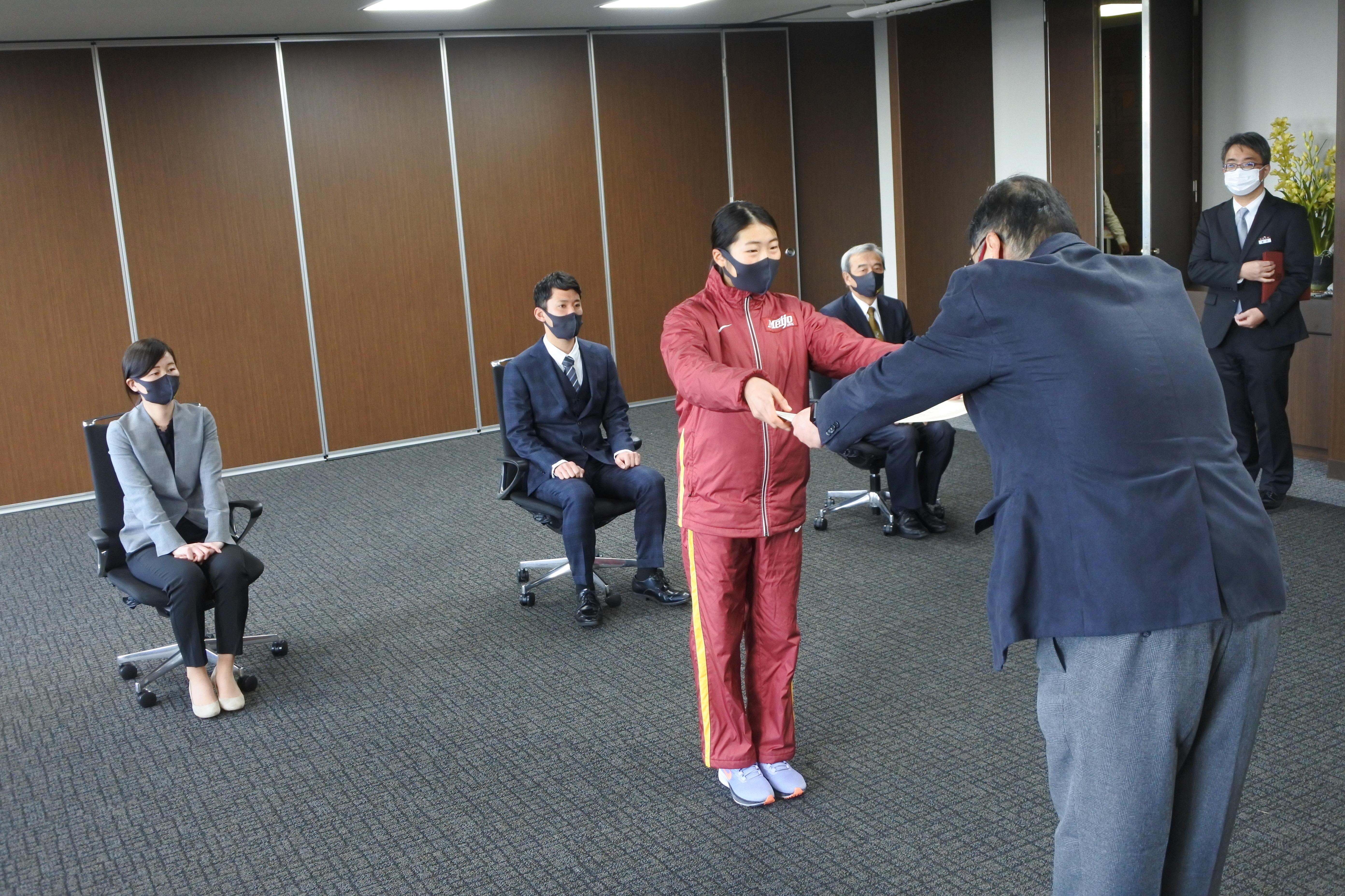 小原学長から表彰状を受け取る和田主将