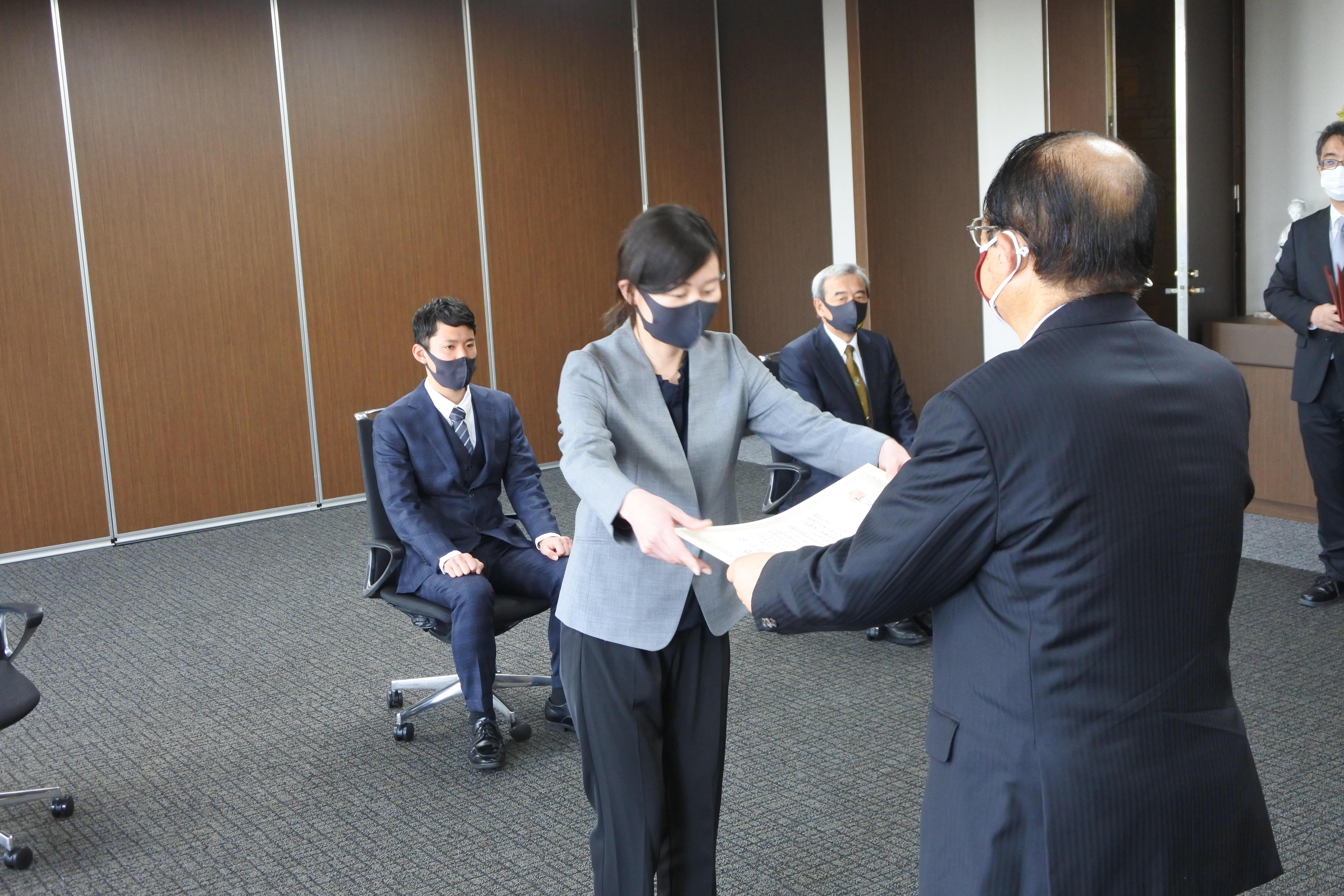 立花理事長から表彰状を受け取る中尾コーチ
