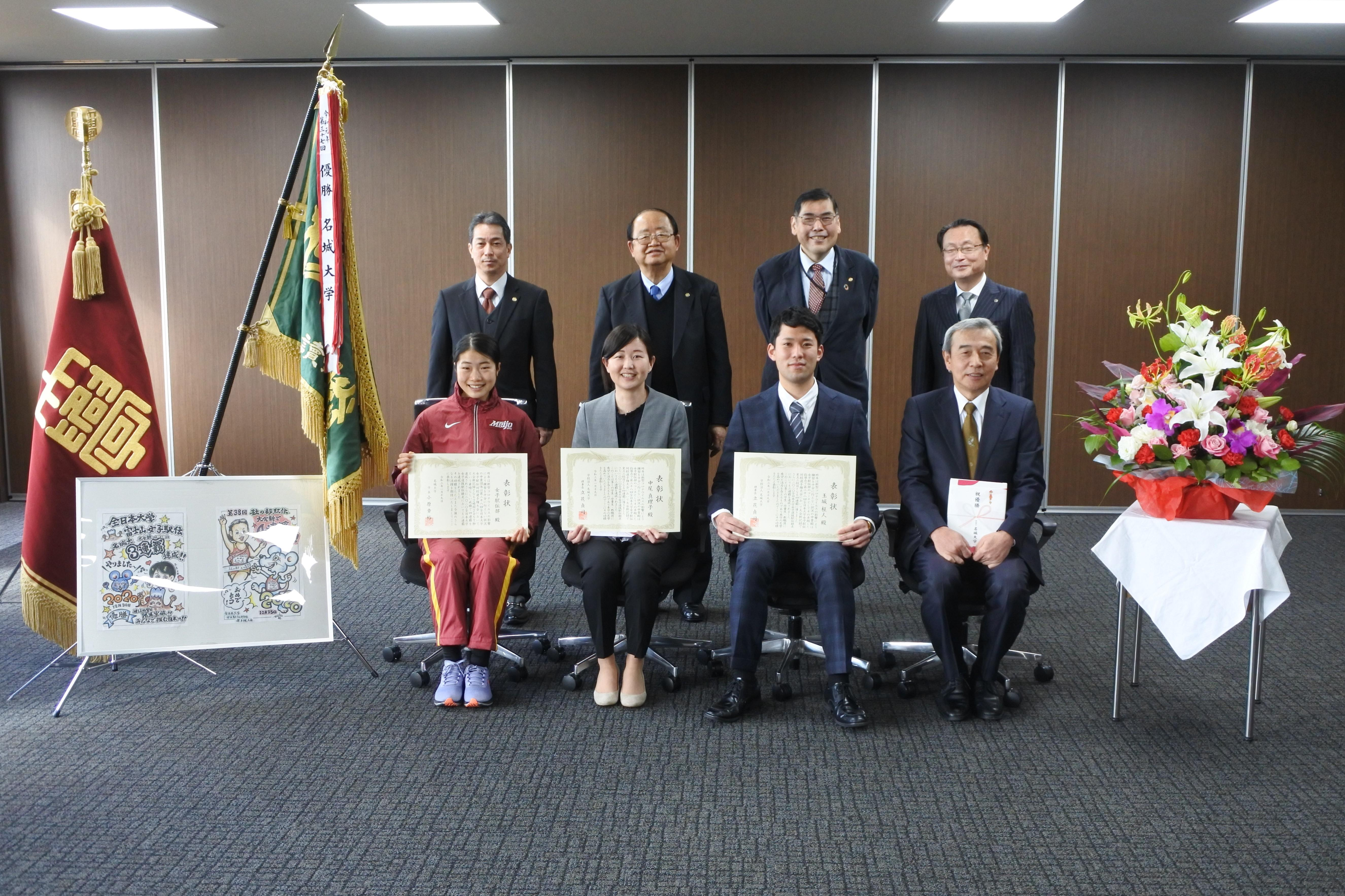 記念写真に納まる(前列左から)和田主将、中尾コーチ、玉城コーチ、加鳥部長ら