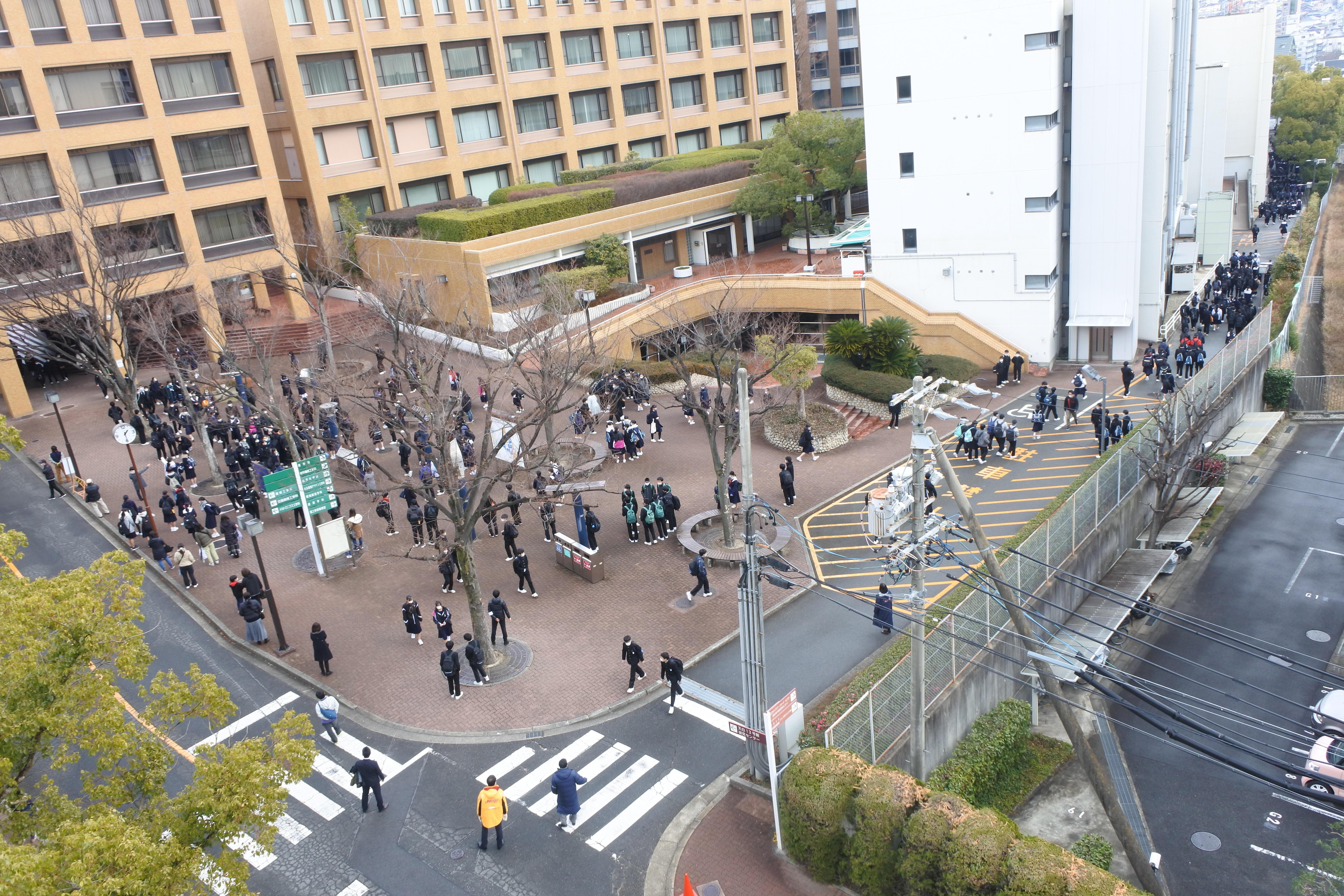 天白キャンパス会場で試験を終えて帰途に就く受験生たち