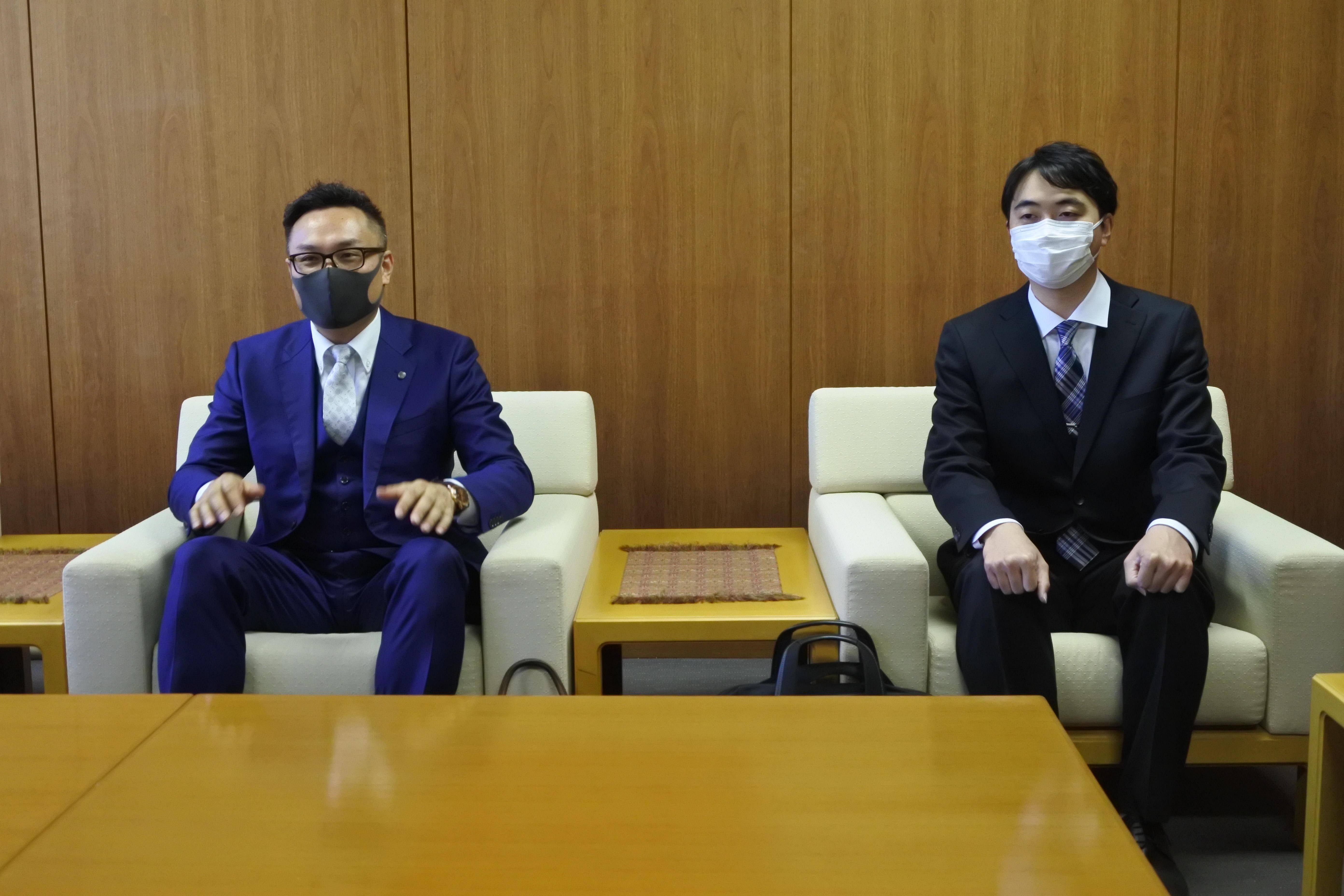 佐川忠昭さん(左)と田近優大さん