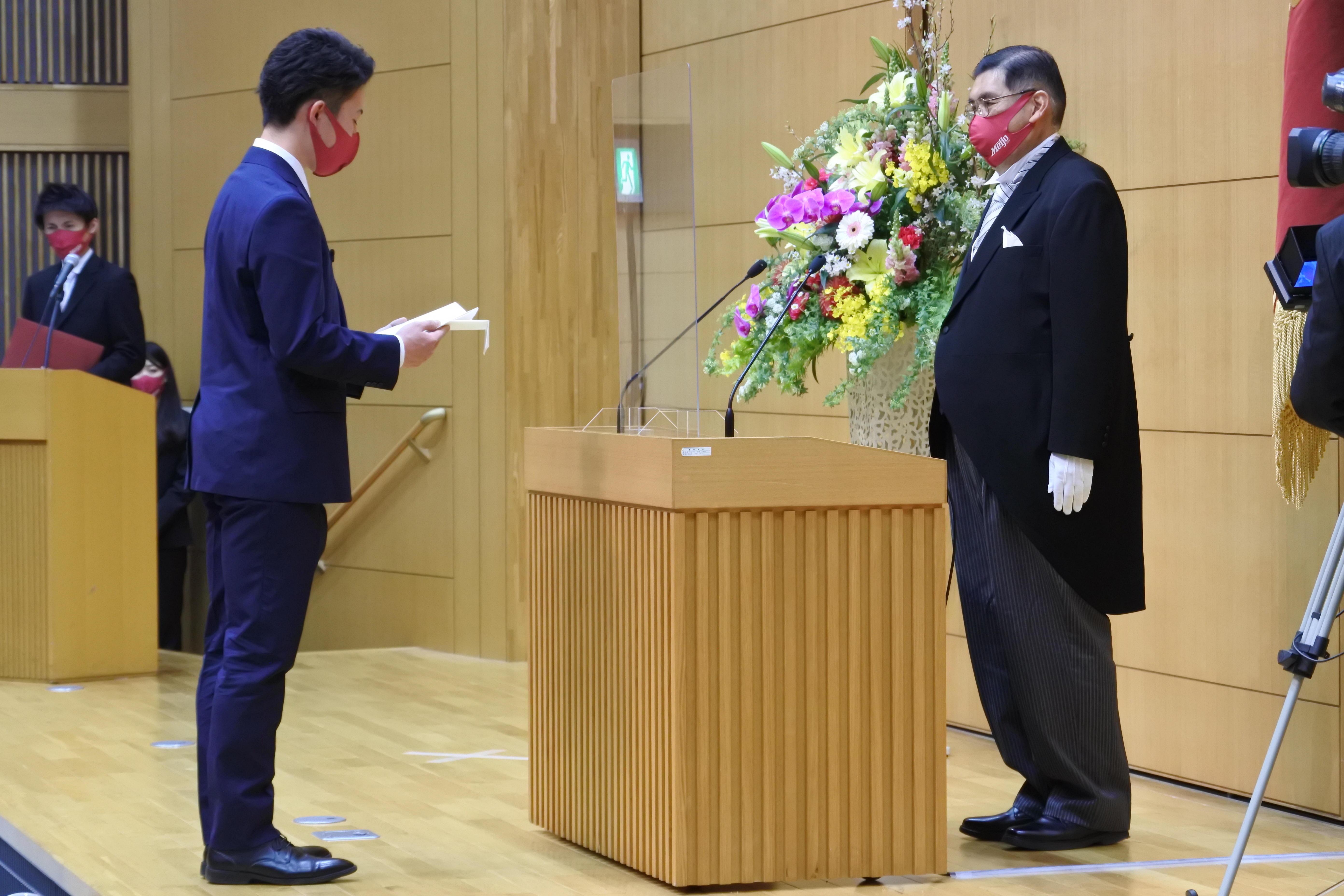 答辞を読む大原健太郎さん(左)