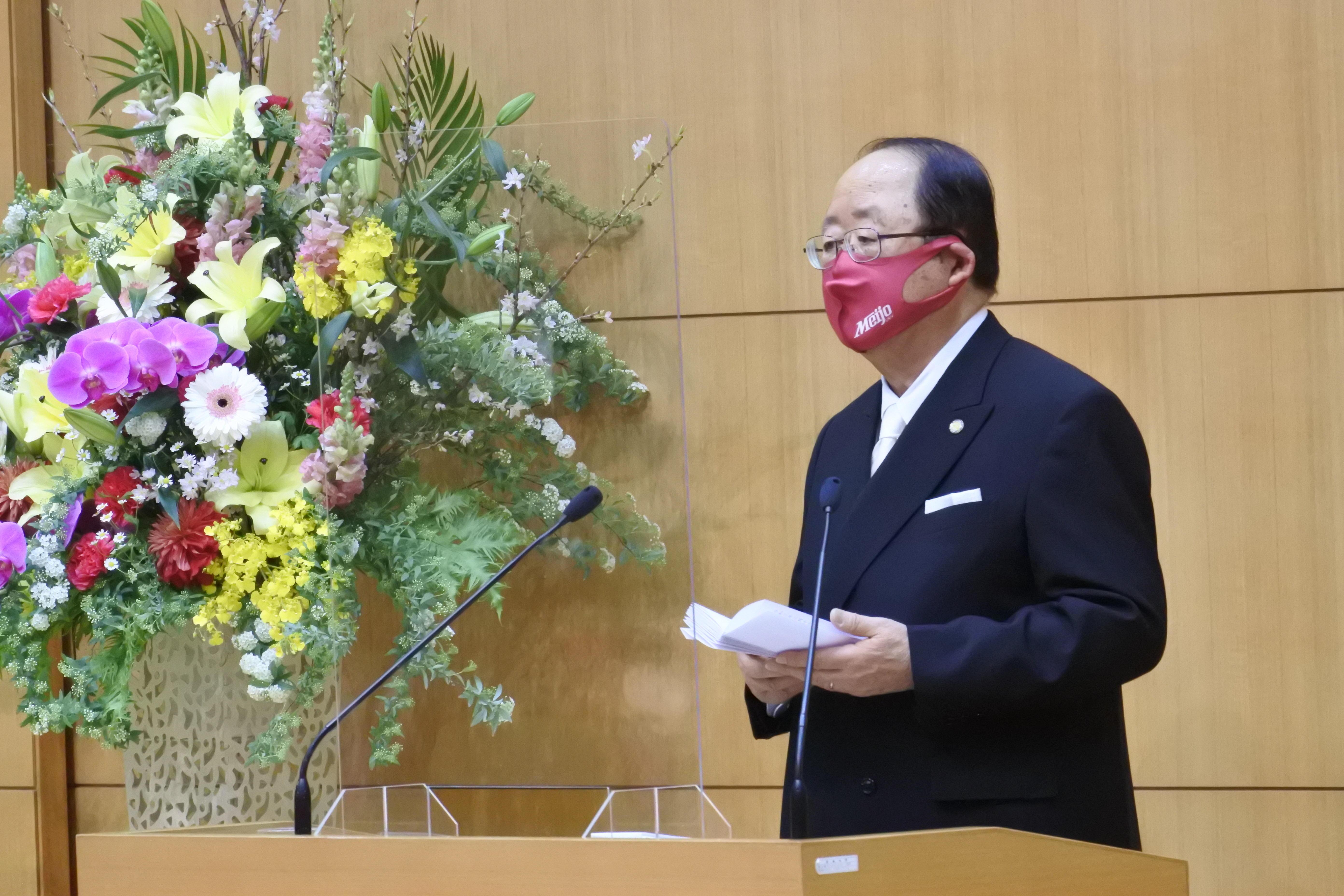 祝辞を述べる立花貞司理事長