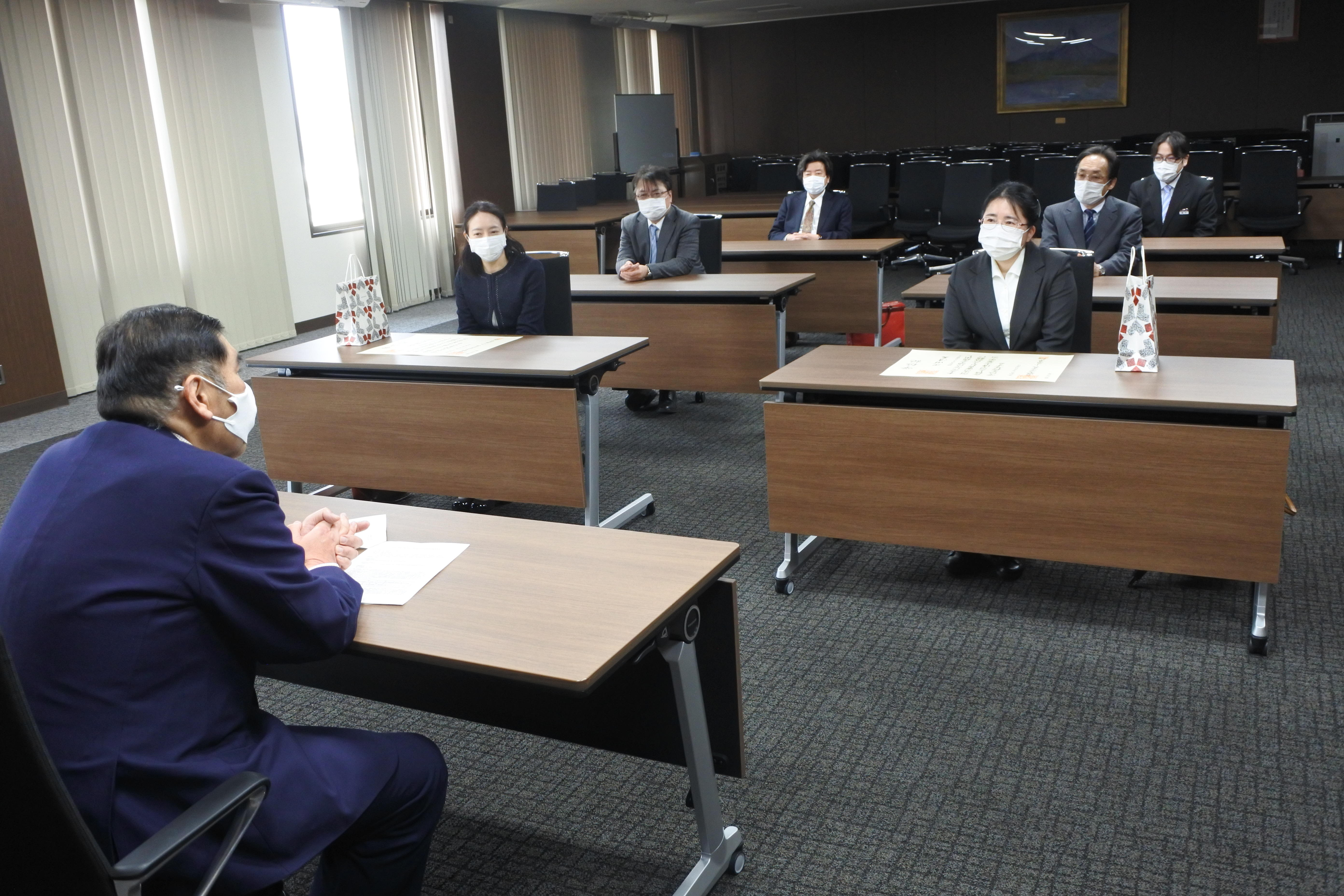 小原章裕学長と懇談する出席者たち