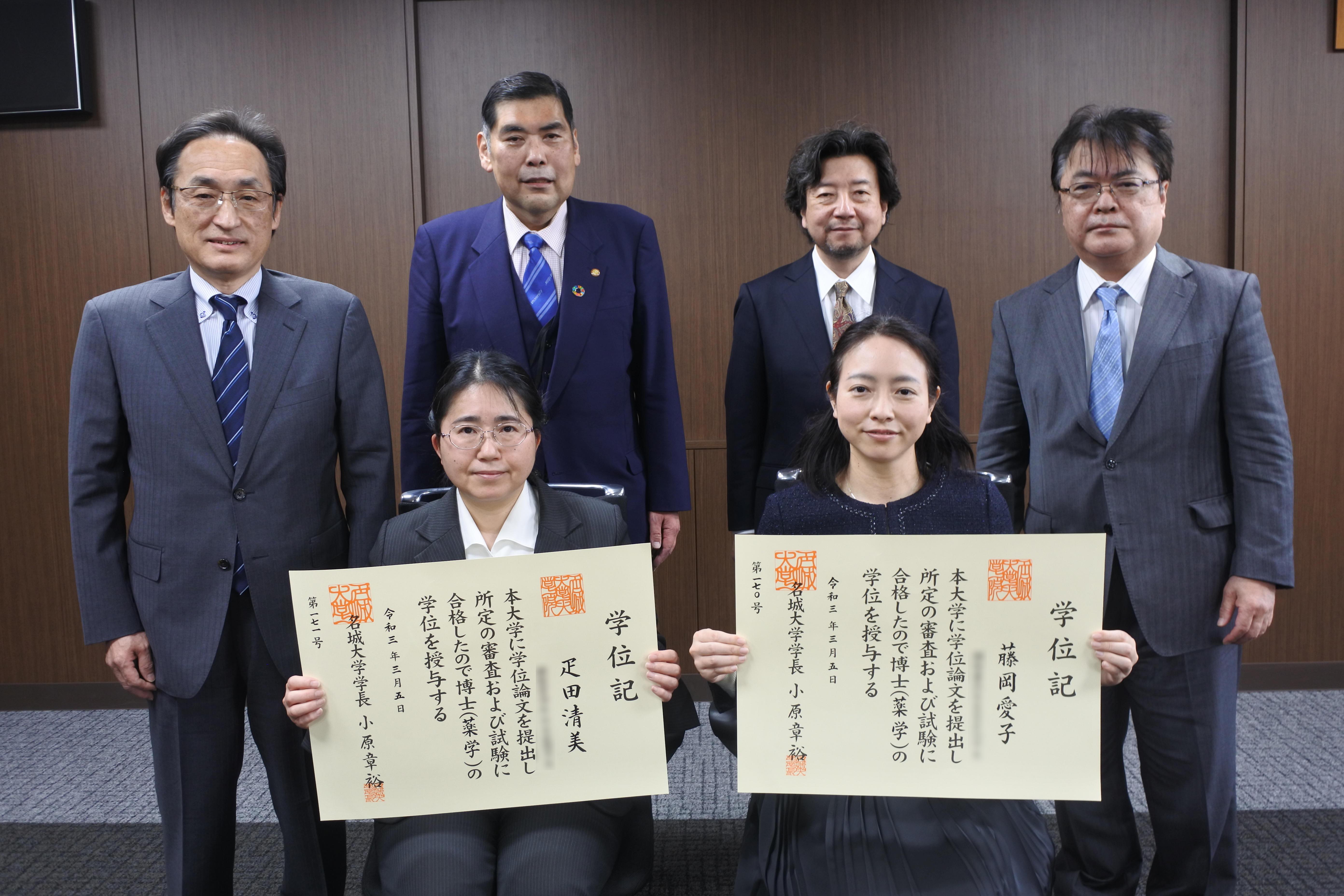 記念写真に納まる(前列左から)疋田清美さん、藤岡愛子さん、(後列左から)金田典雄教授、小原章裕学長、灘井雅行研究科長、亀井浩行教授(一部修正してあります)