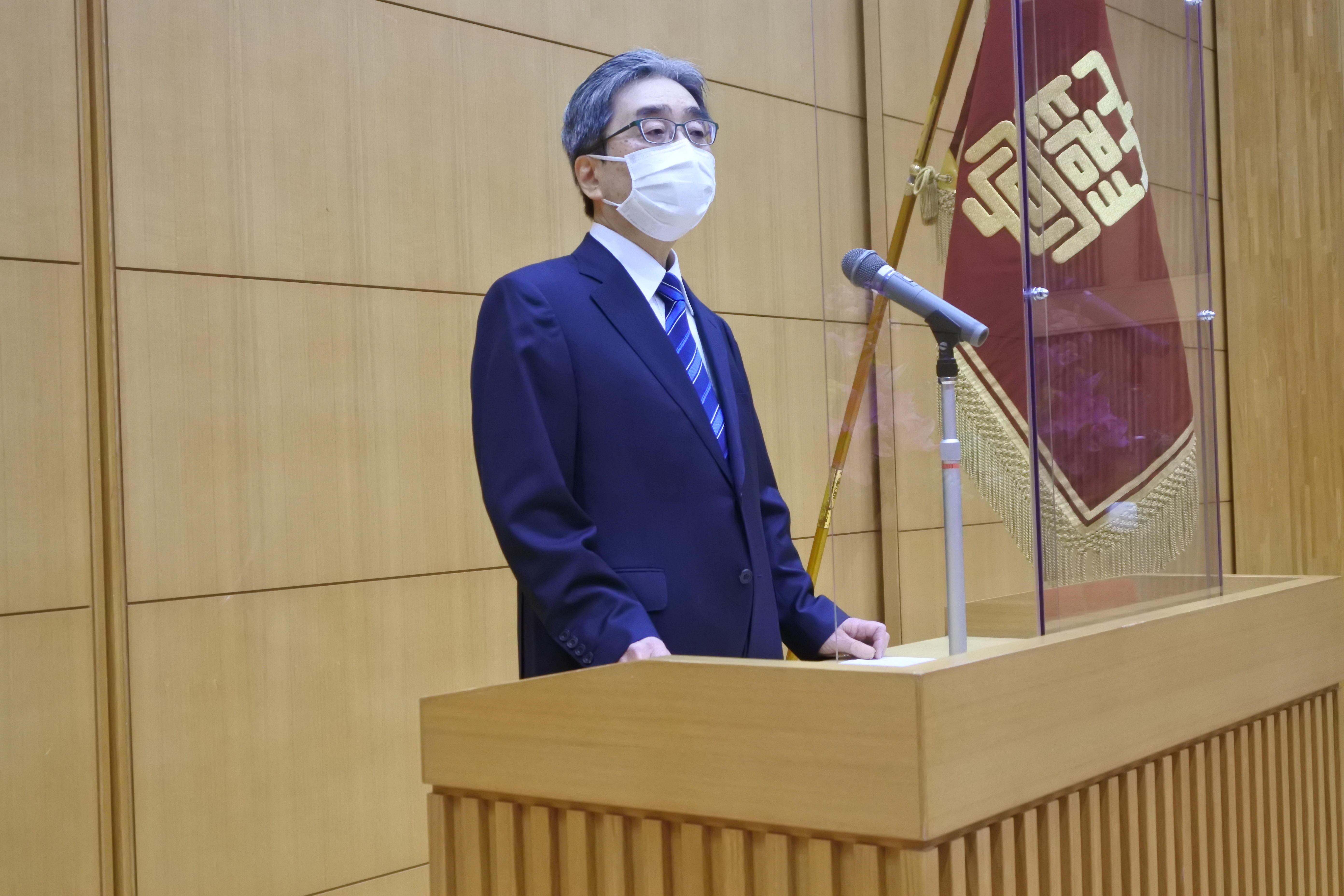 退職者を代表してあいさつする磯前秀二教授