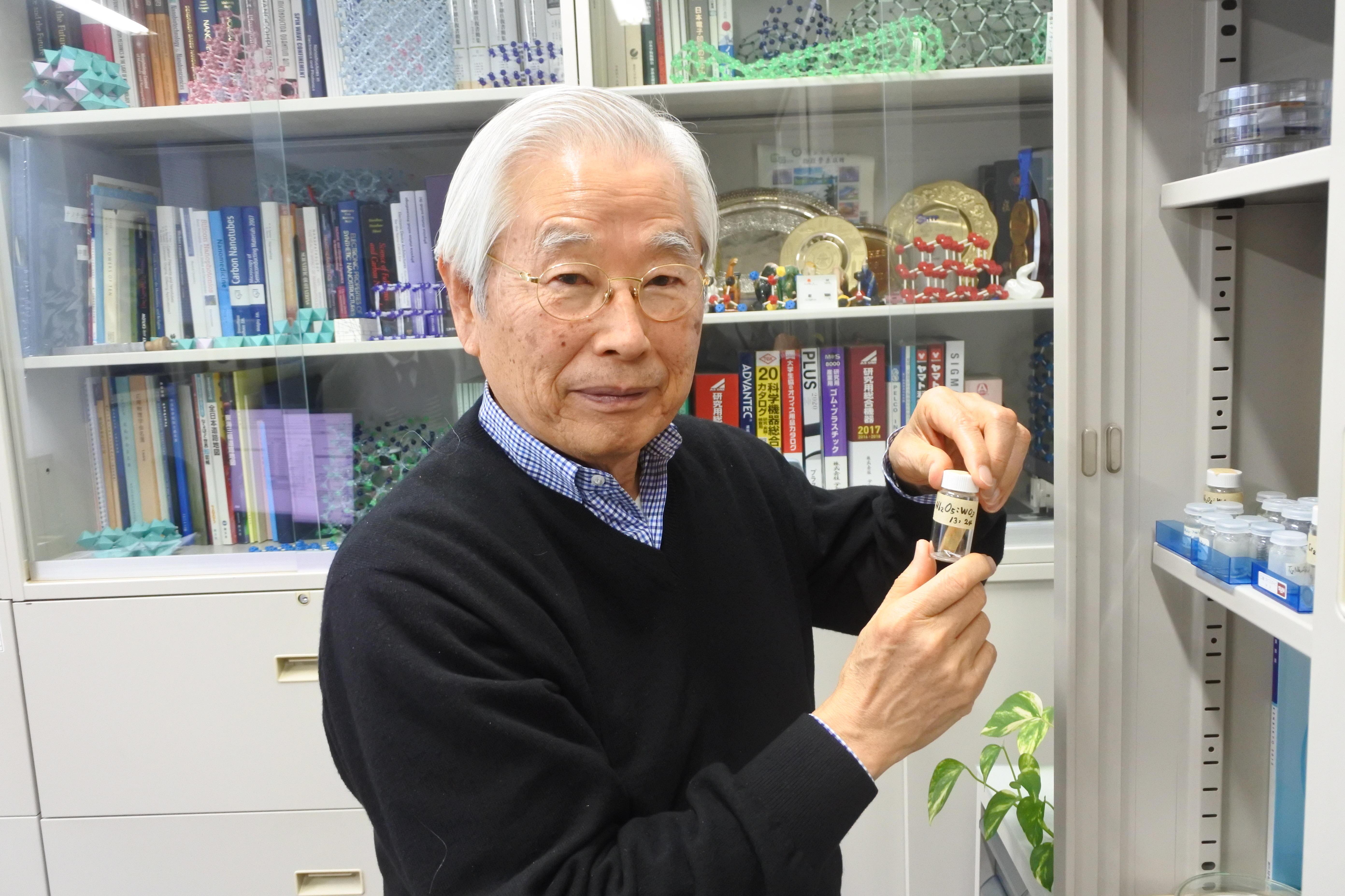 「50年前の試料を取り出して電子顕微鏡で研究している」と近況を語る飯島終身教授