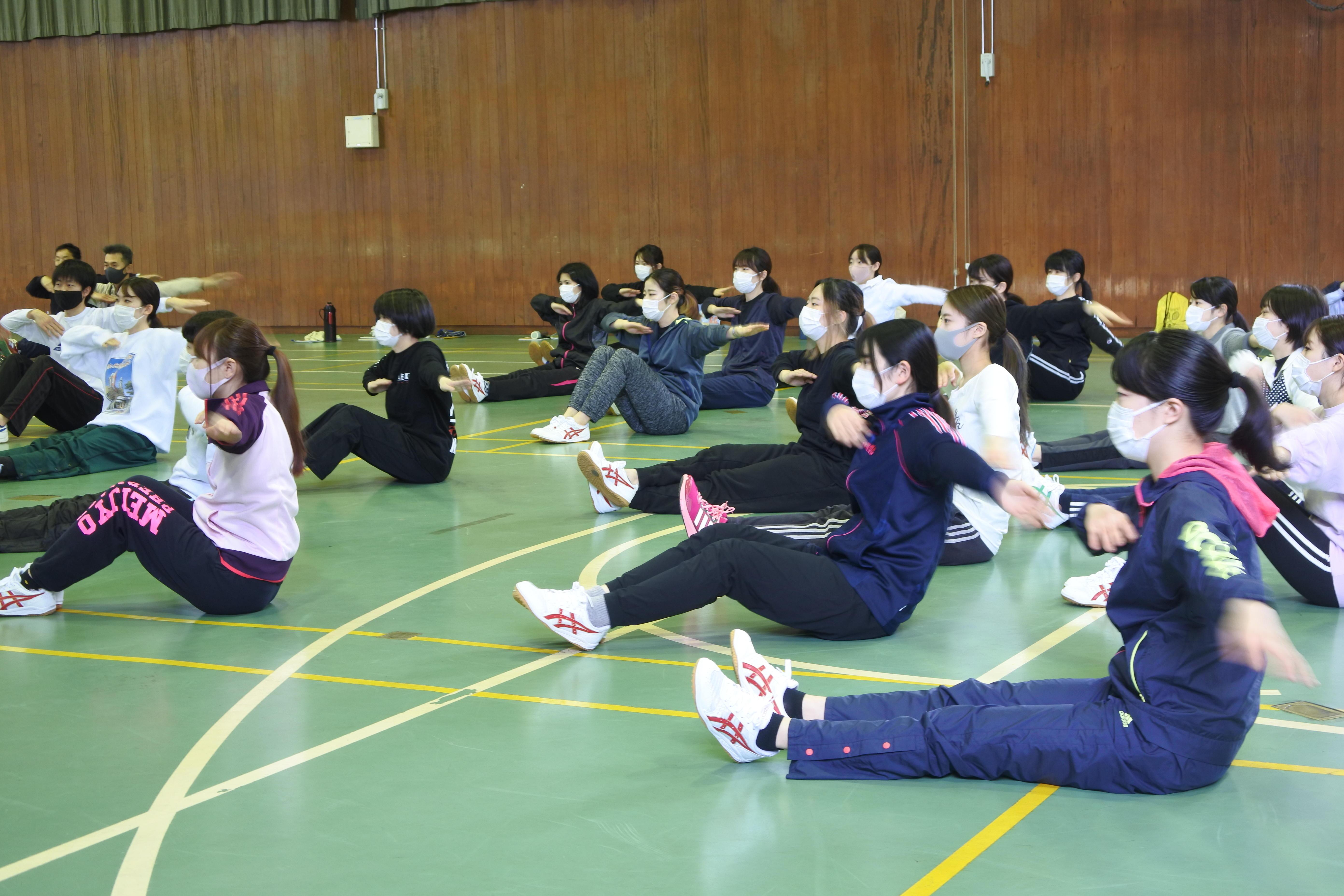 体を動かす薬学部3年生たち