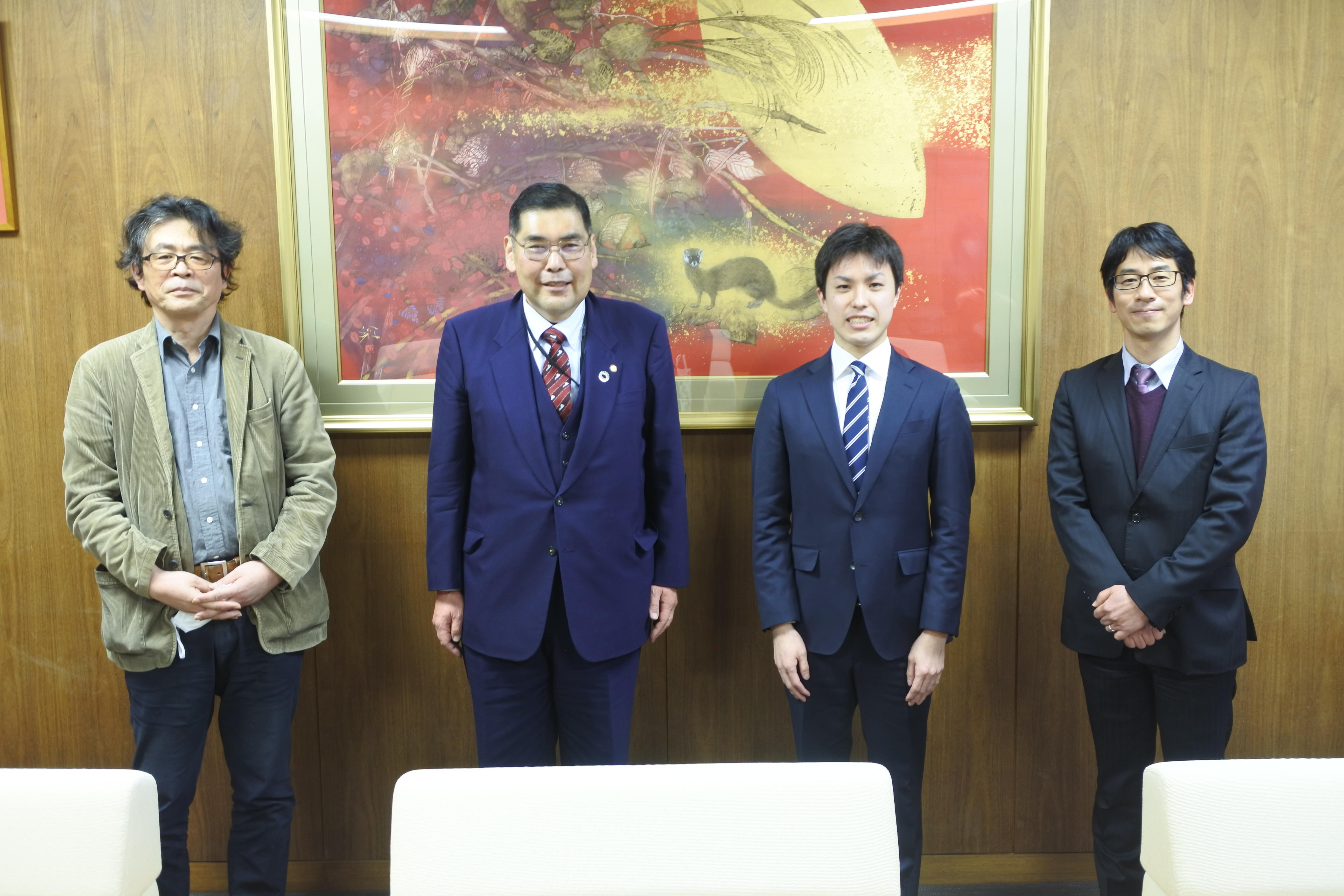 記念写真に納まる(左から)瀬川新一学部長、小原章裕学長、水谷健人さん、田澤宗裕教授