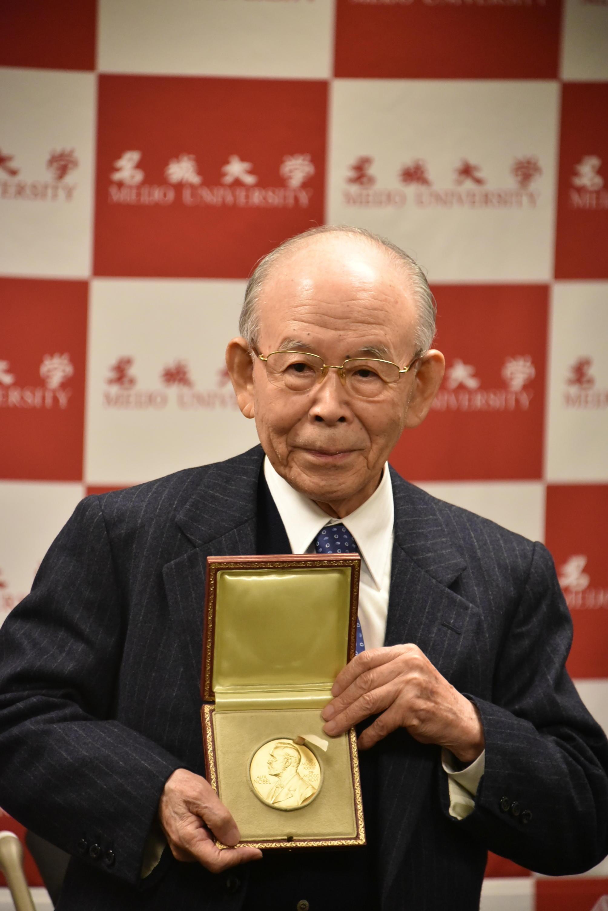 2014年、ノーベル賞のメダルを披露する赤﨑勇終身教授・特別栄誉教授
