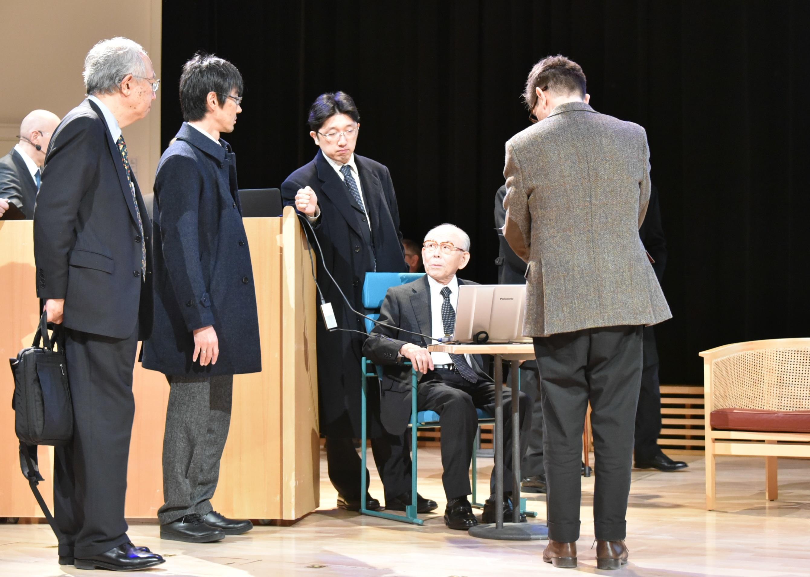 ノーベル・レクチャーのリハーサルで赤﨑勇終身教授に付き添う竹内哲也准教授(当時)と岩谷素顕准教授(当時)ら
