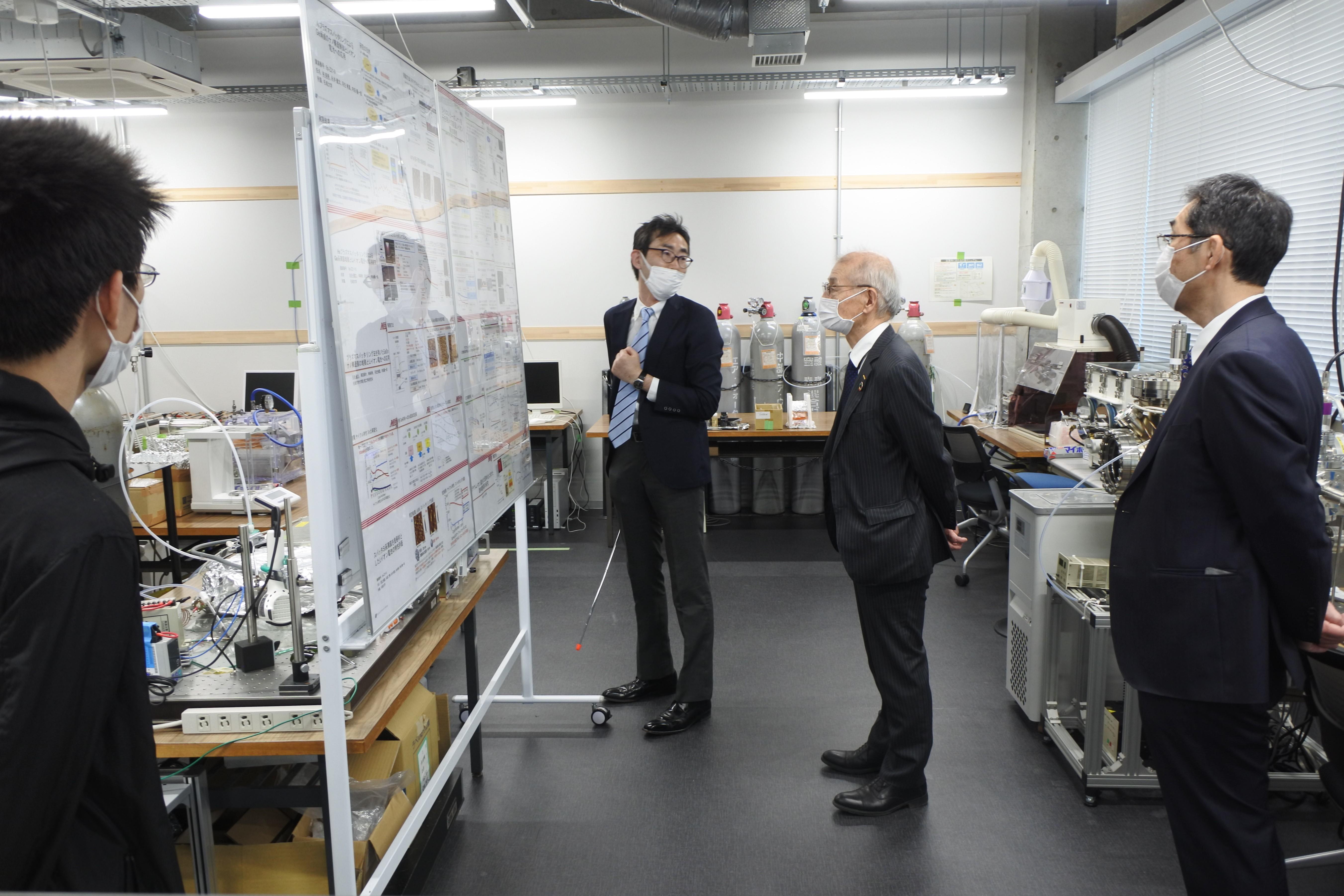 天白キャンパス研究実験棟Ⅲの研究室で理工学部電気電子工学科の内田儀一郎教授(左から2人目)の説明を受ける