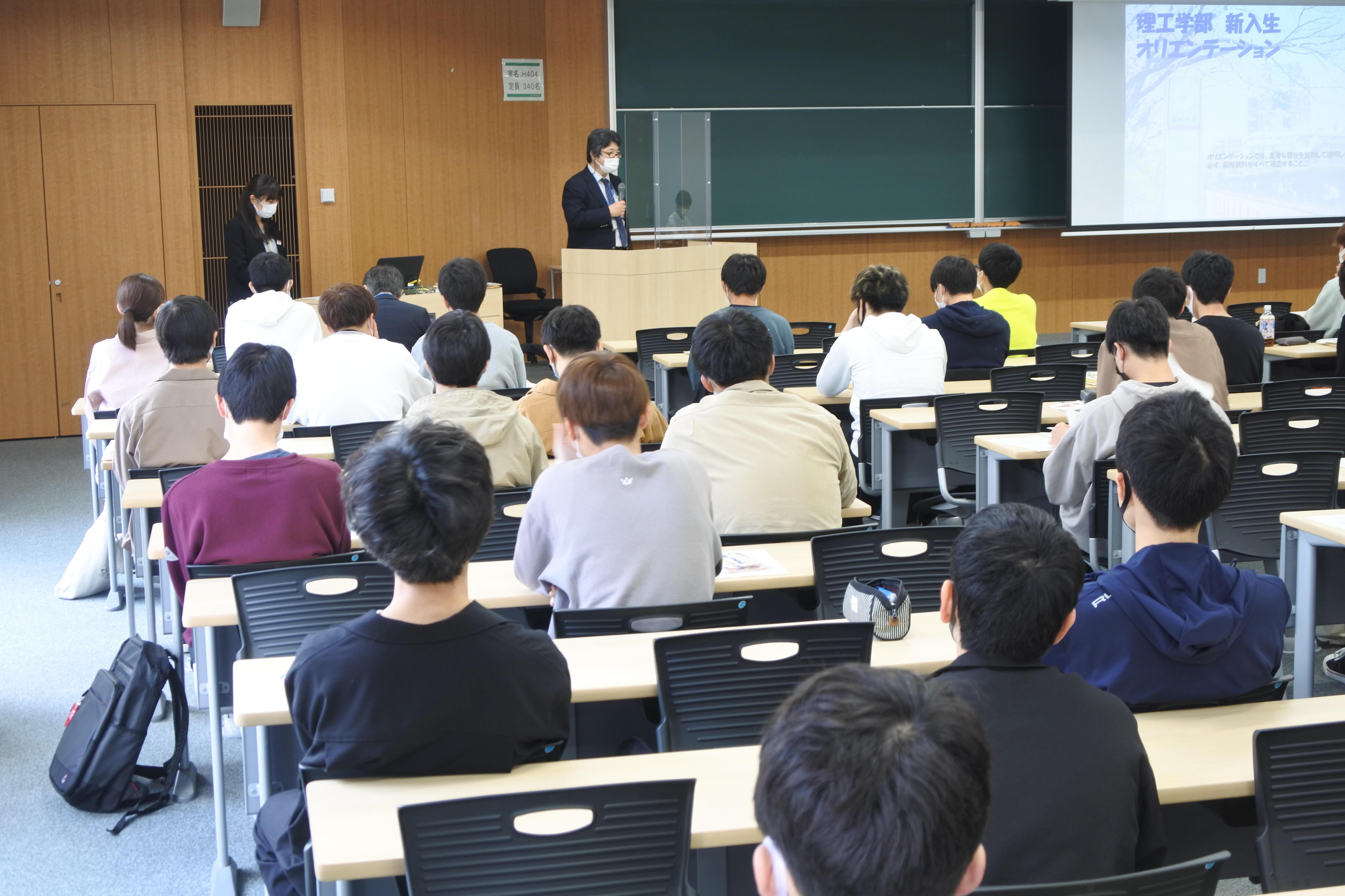 理工学部電気電子工学科のオリエンテーションで「大学に入るのが目的ではない」と話す平松美根男学科長