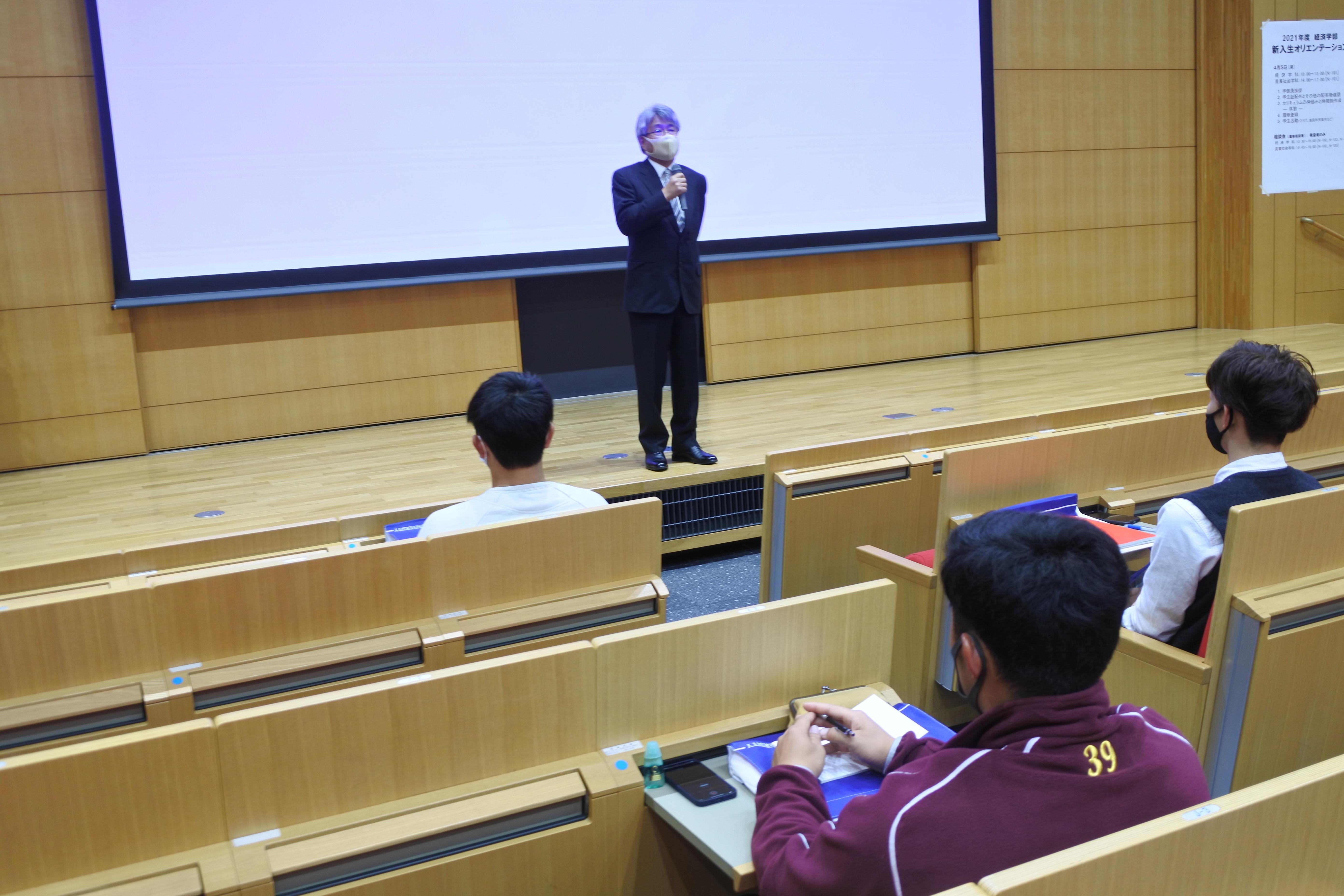 「コロナ禍でも大学4年間をキラキラと光る時代にして」と呼びかける渋井康弘経済学部長