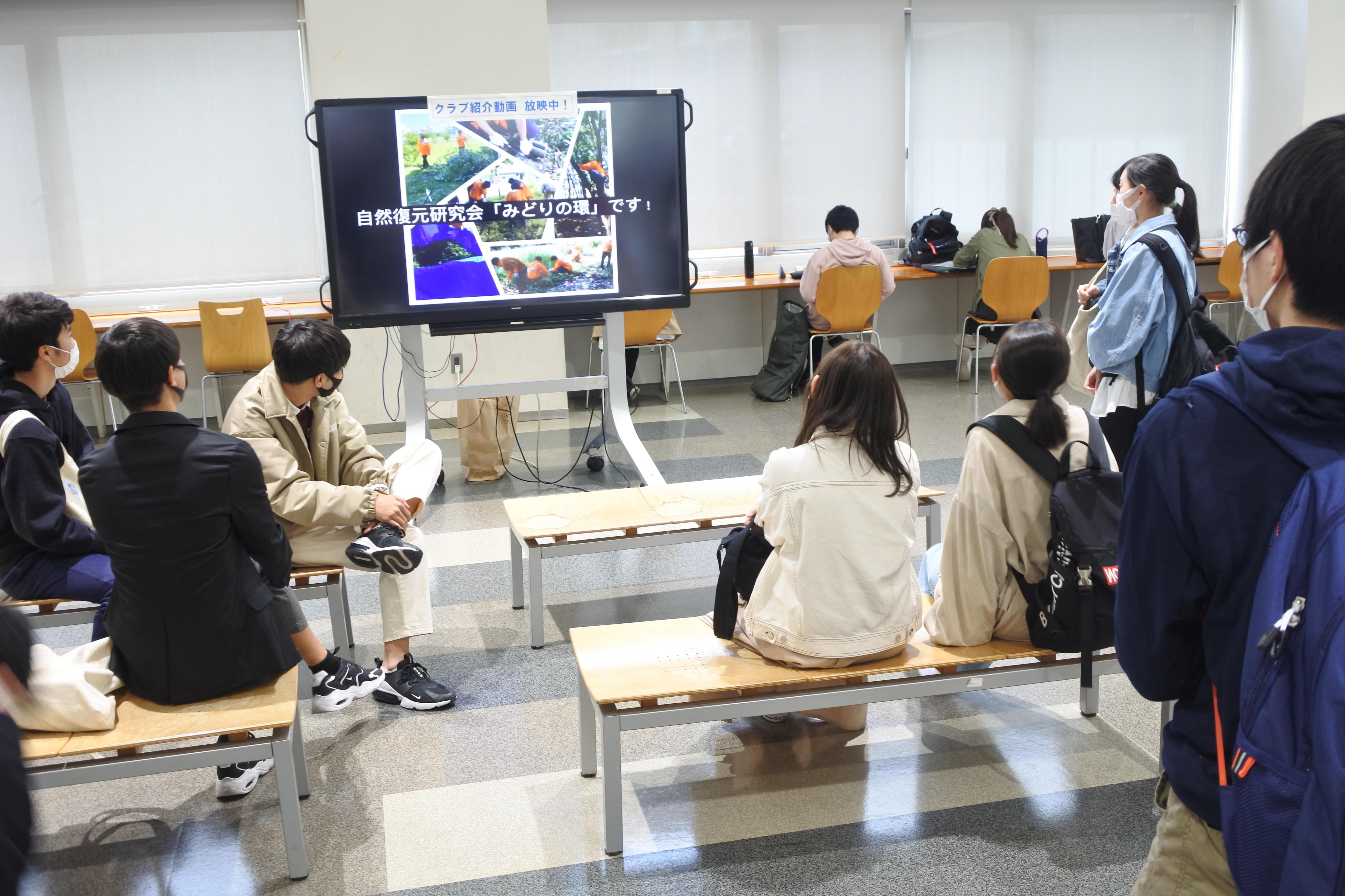タワー75の学生ホールでの動画紹介