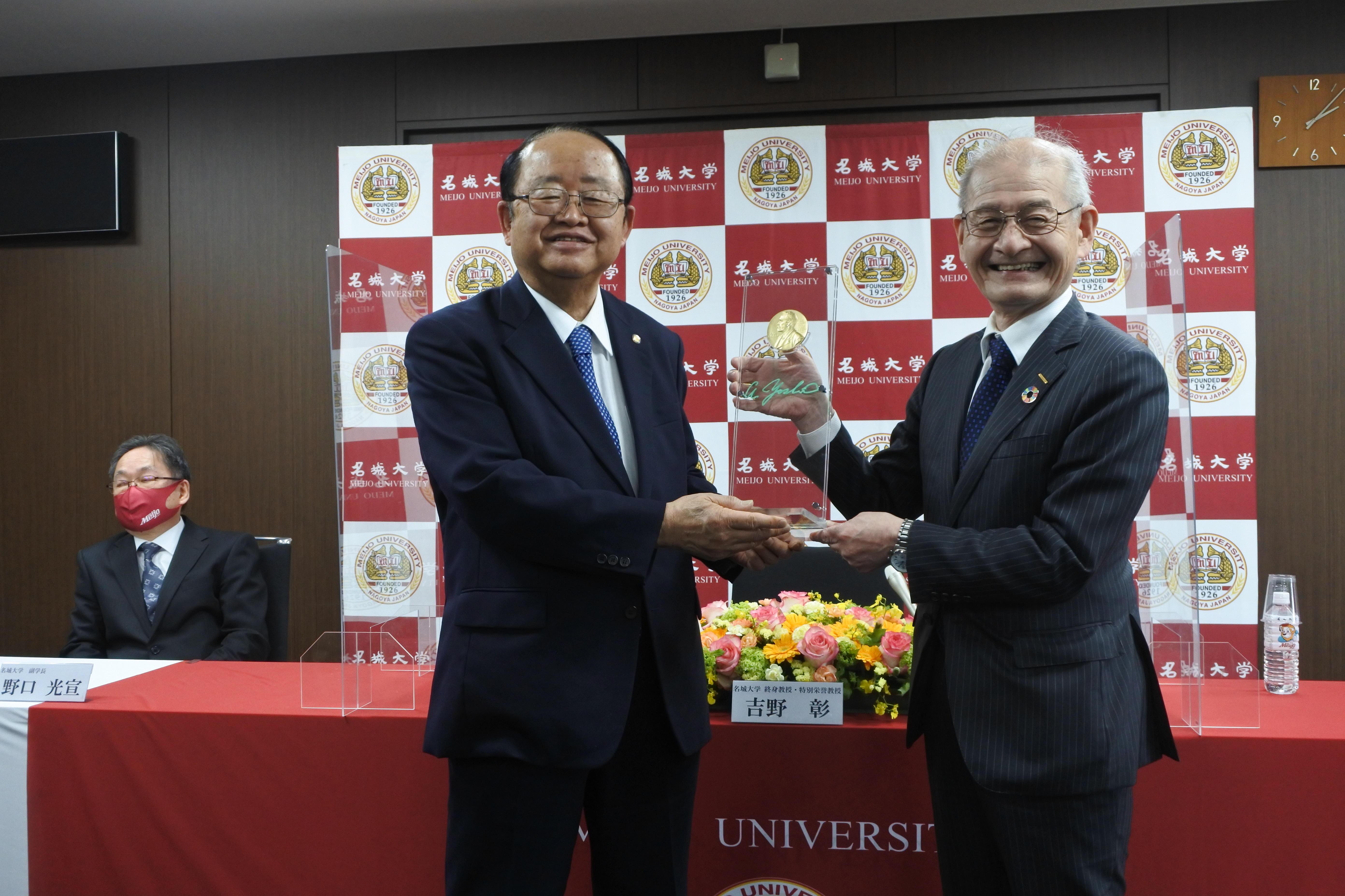 ノーベル賞メダルのレプリカを寄贈した吉野彰終身教授・特別栄誉教授(右)