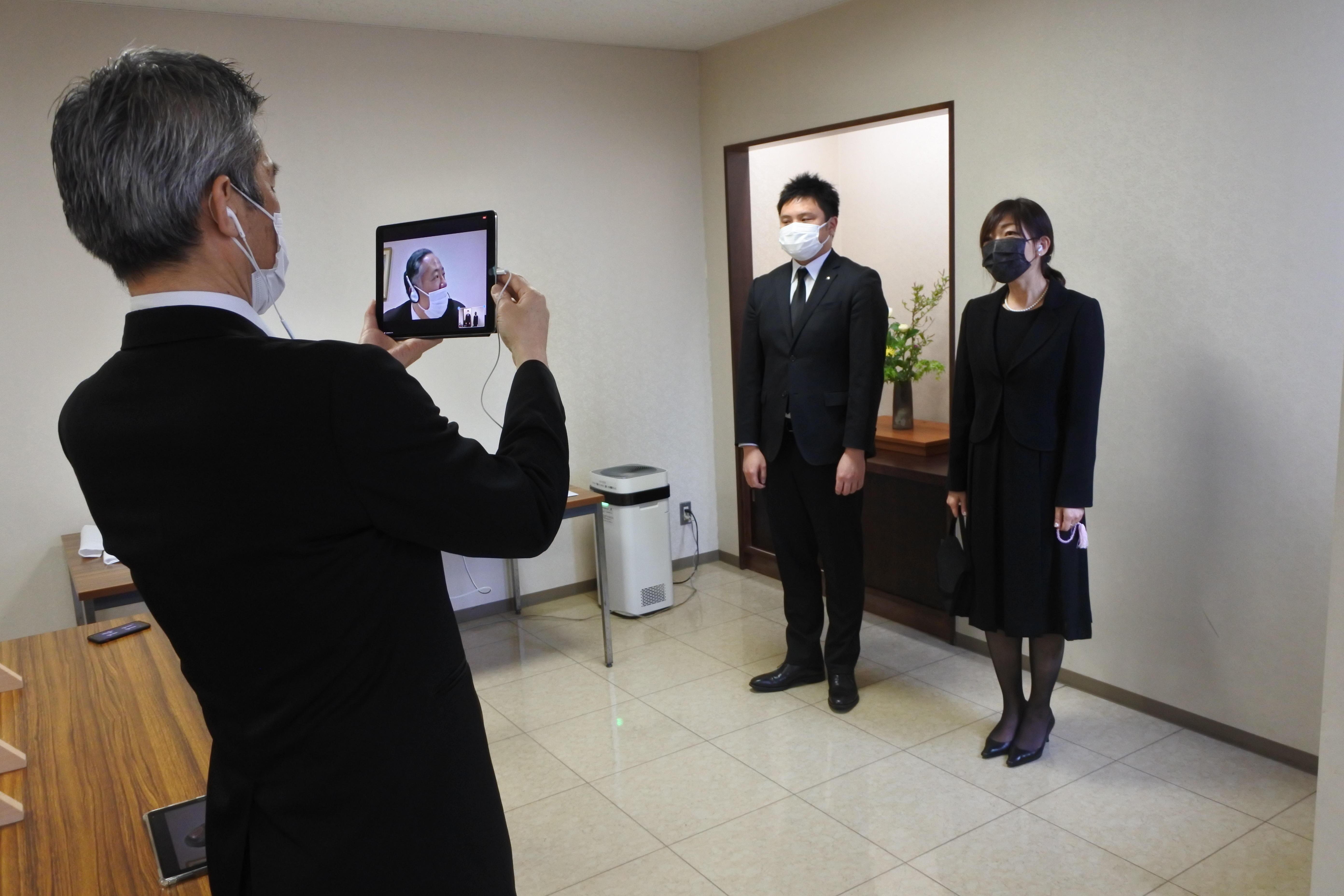 日本の喪服もライブ中継(右は池田菜採子特任講師)