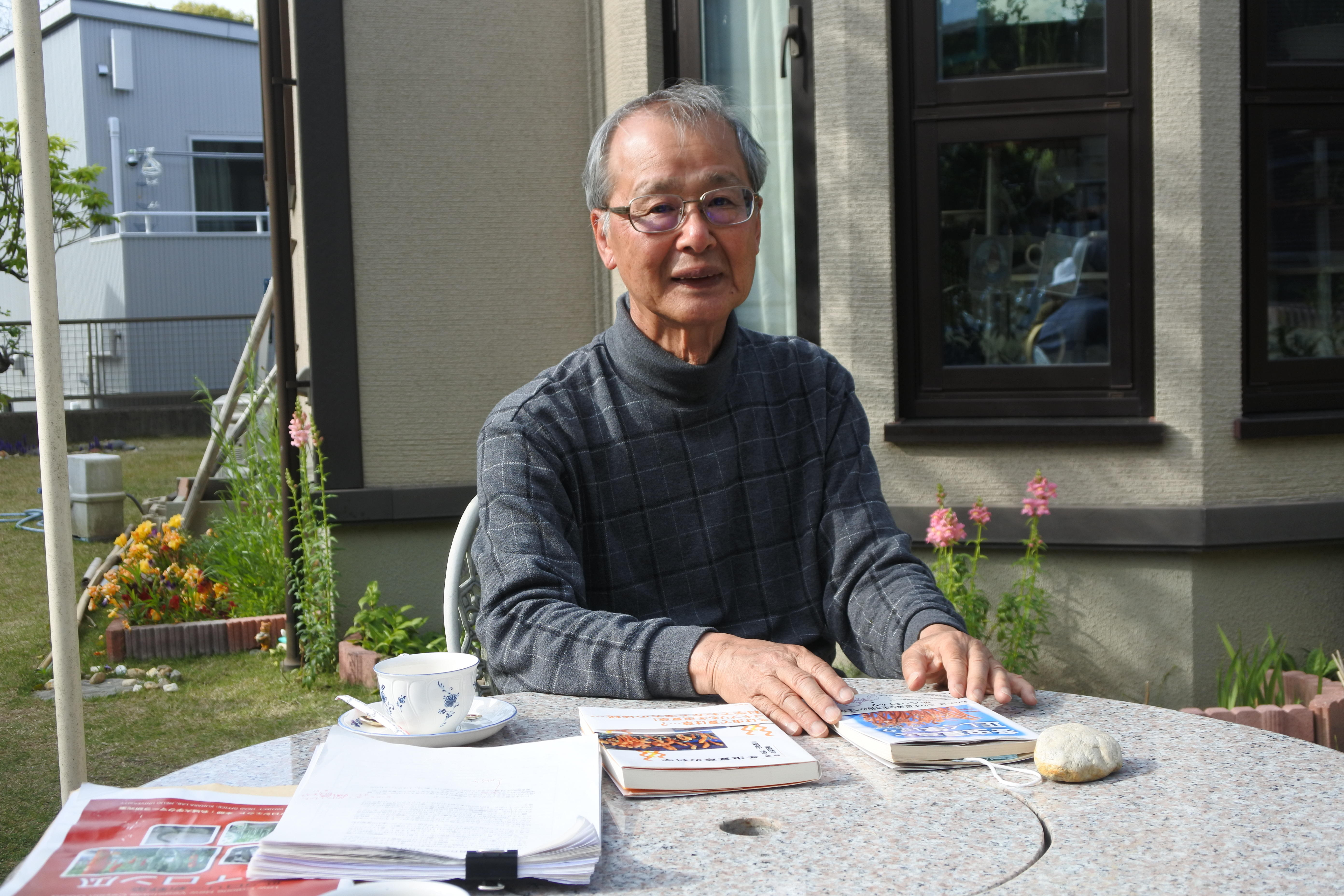 自宅の庭で瑞宝中綬章の感想を語る原彰名誉教授