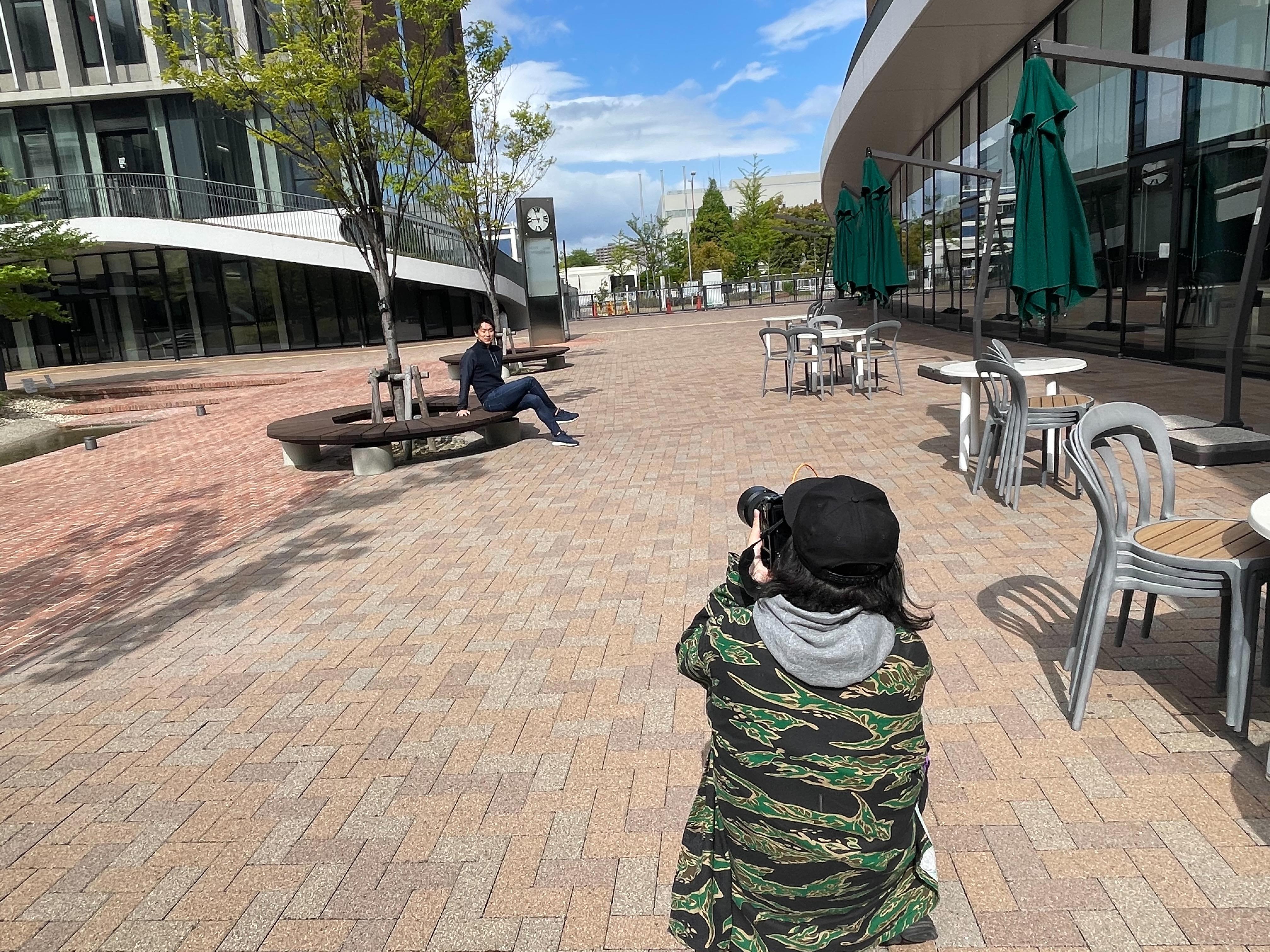 ナゴヤドーム前キャンパスのテラスでプロモーション撮影の様子