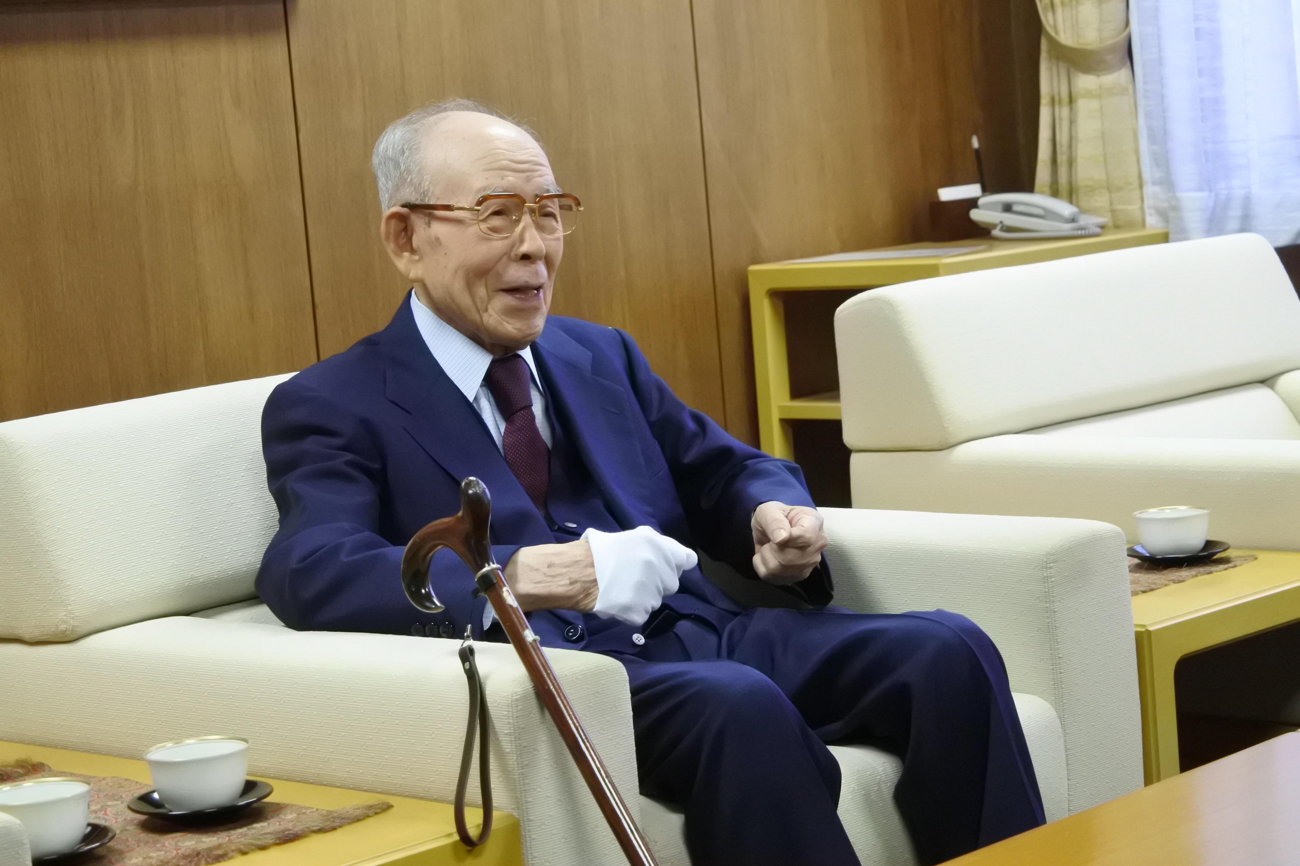 2019年4月に天白キャンパスを訪れた大野英男東北大学総長と歓談する