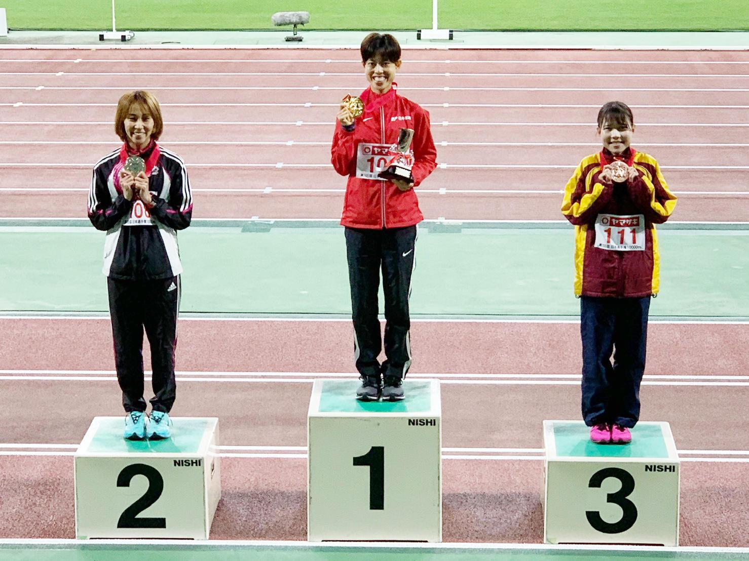 オリンピック代表に内定した廣中選手、安藤選手と肩を並べ表彰台に立つ小林選手(右)