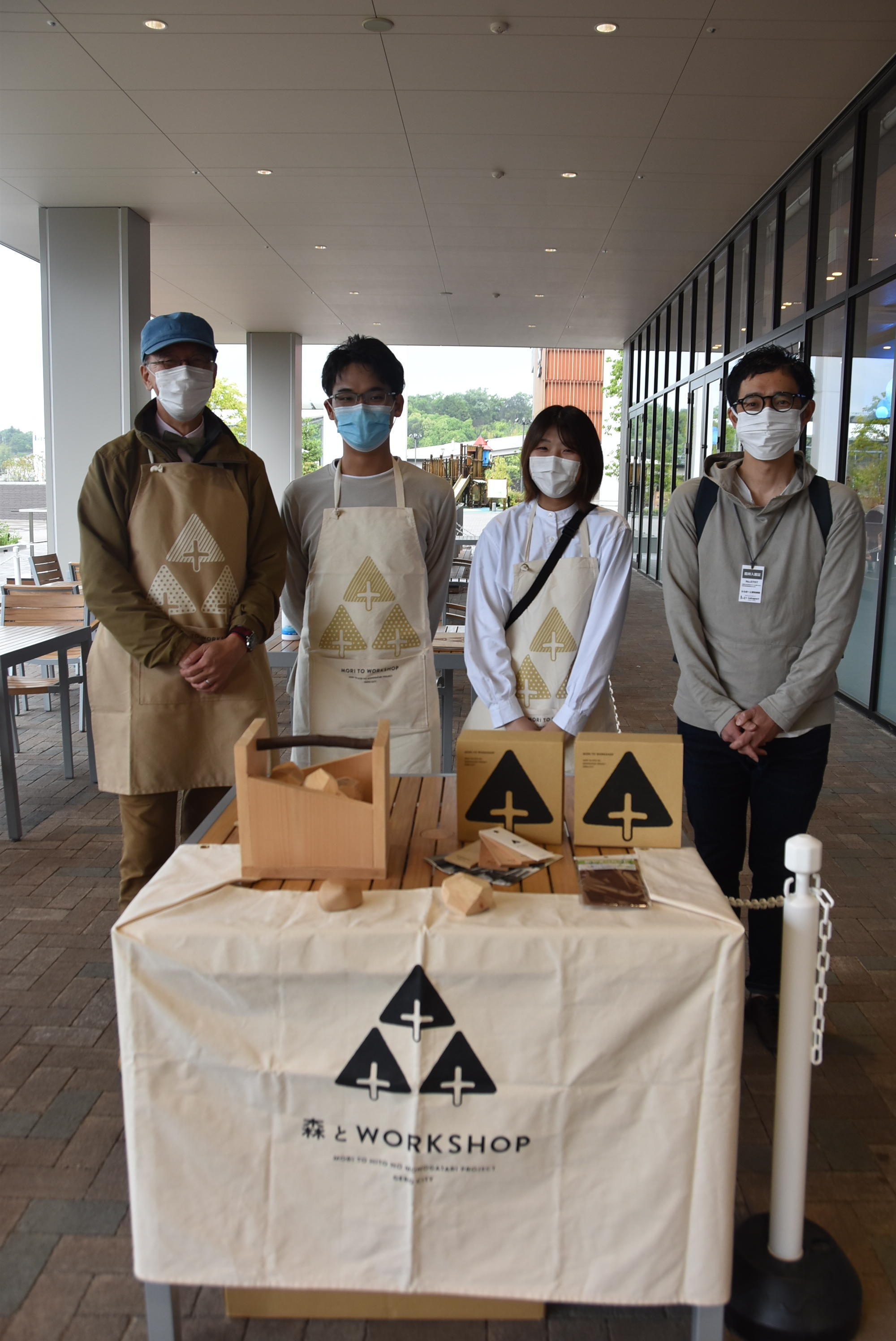 ワークショップを実施した左から「森のなりわい研究所」の伊藤代表、学生の羽場駿也さん(3年)、早津菜央さん(3年)、谷田准教授