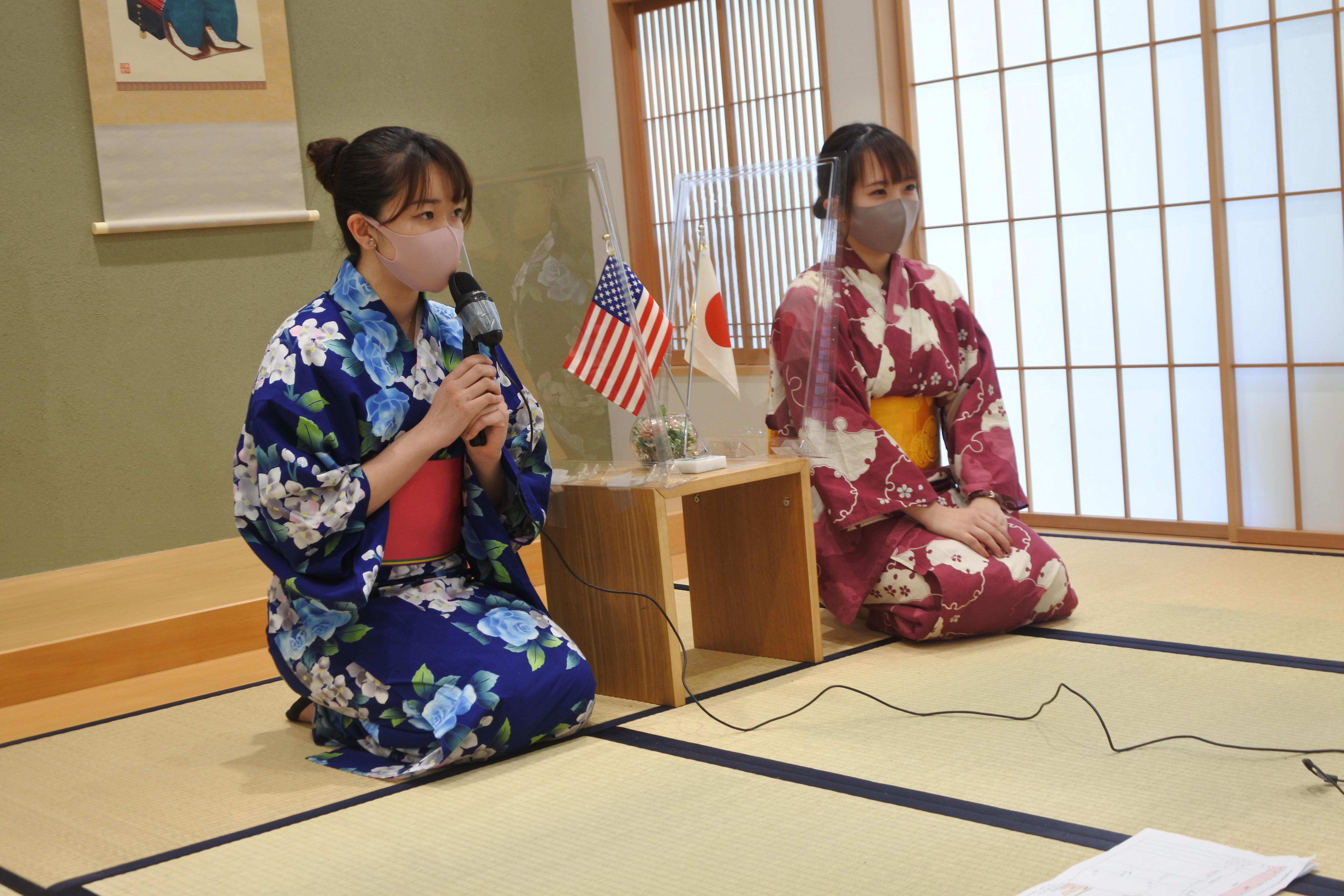 和室から開会のあいさつをする渡邉芽依さん(右)と山中葵さん