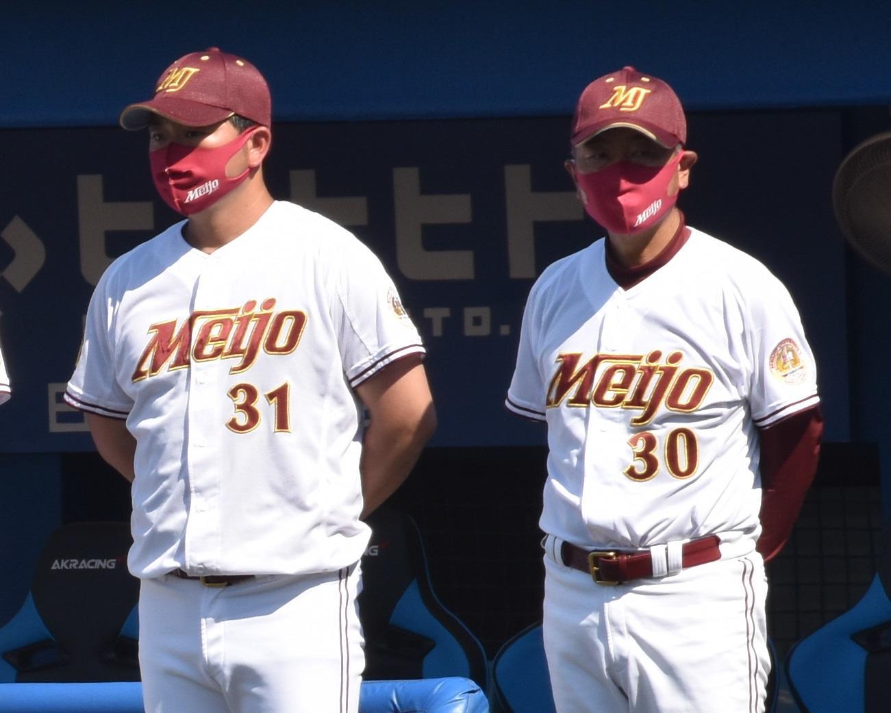 大学時代の栗林良吏投手を指導した安江均監督(右)と山内壮馬コーチ=東京の神宮球場で