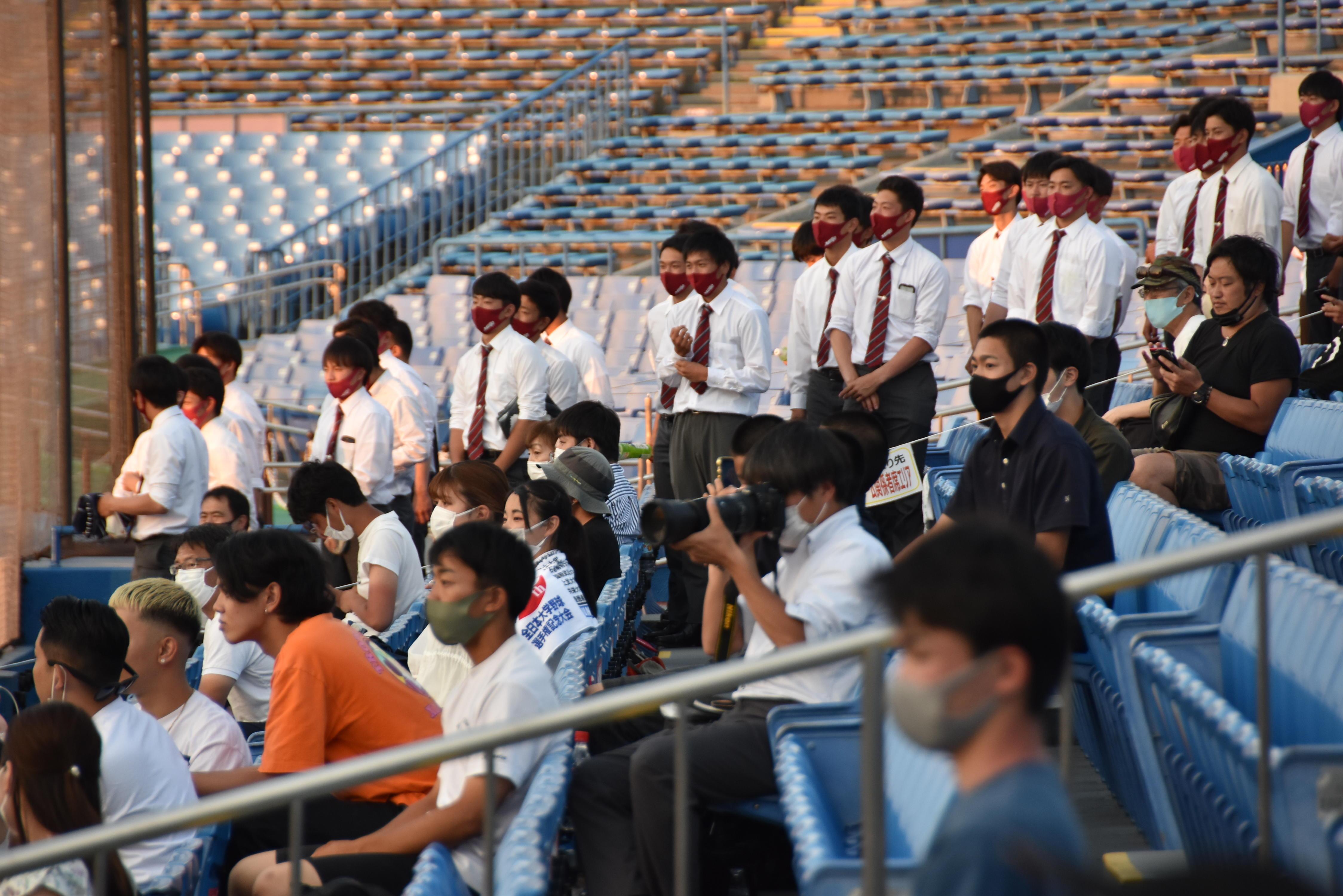 スタンドから選手たちをたたえる硬式野球部員ら=東京の神宮球場で