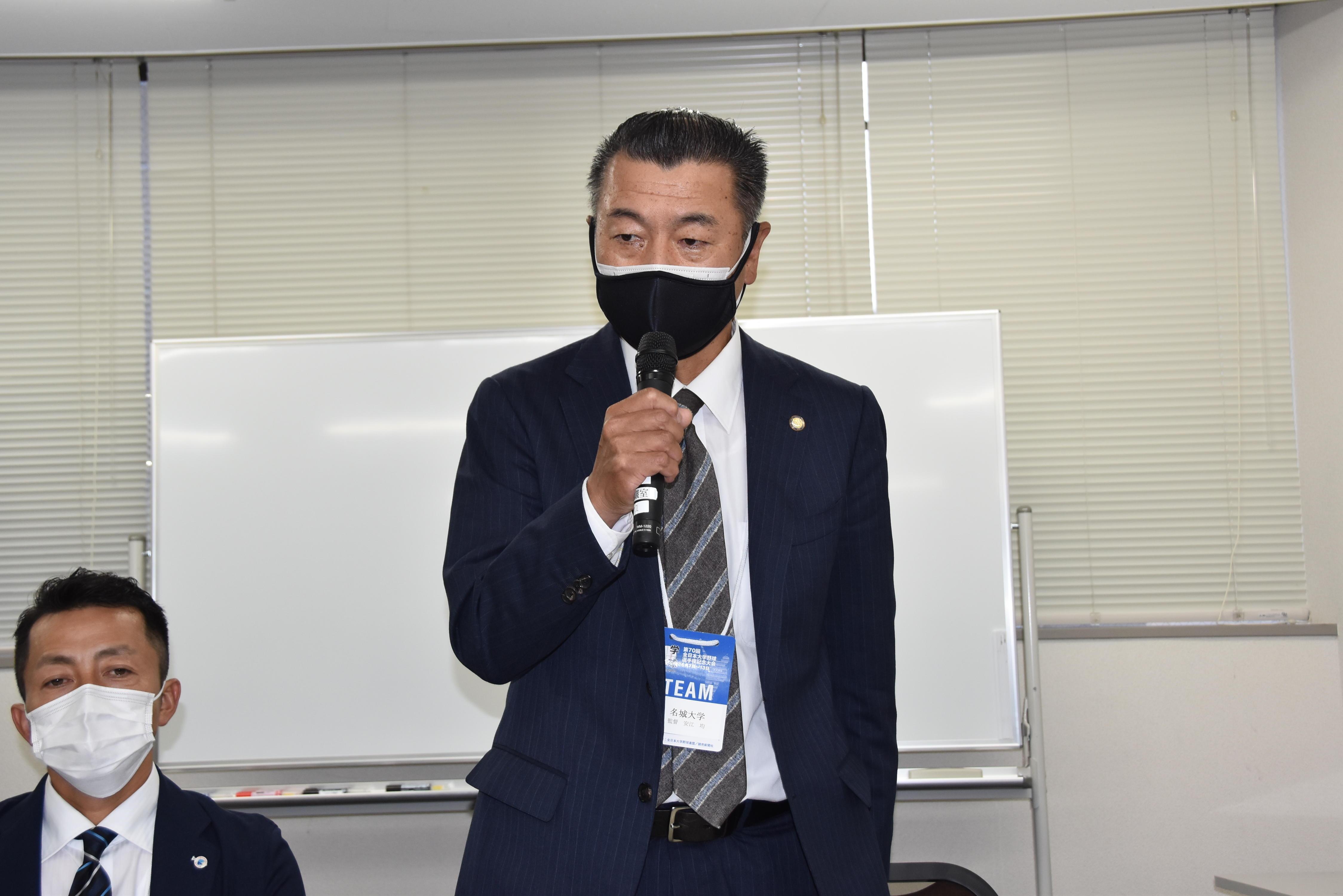 記者会見で抱負を述べる安江均監督