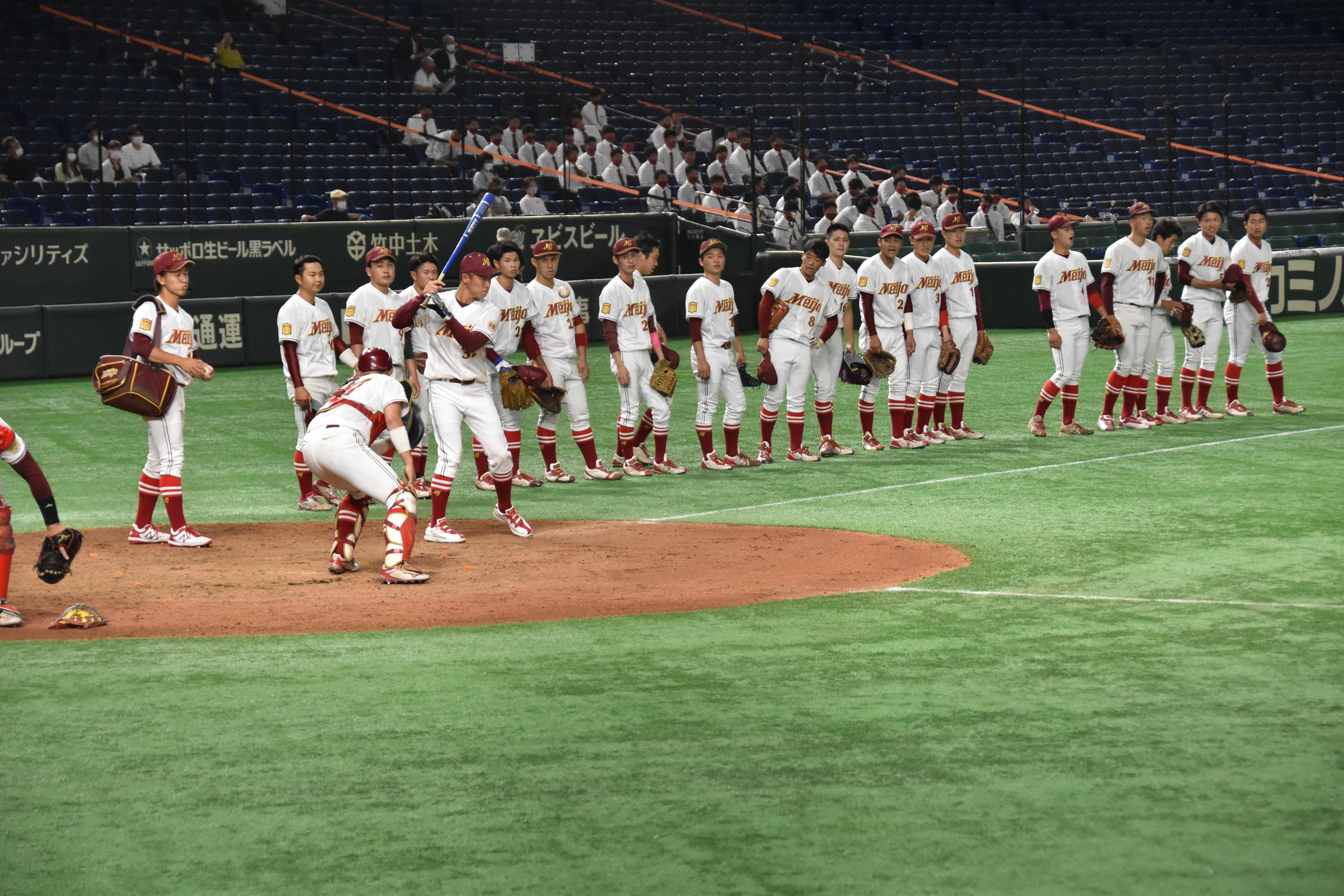 2回戦の試合前、ノックバットを握る森越祐人コーチ=東京ドームで