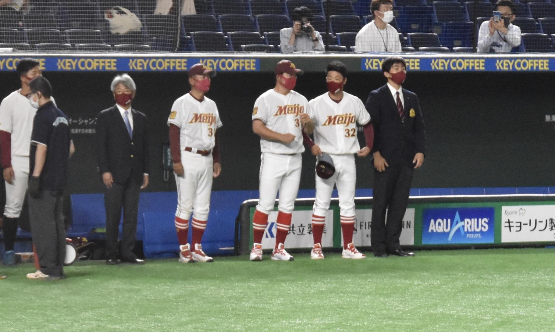 試合開始前に話をする森越コーチ(ベンチ前右から2人目)と山内コーチ(同3人目)=東京ドームで