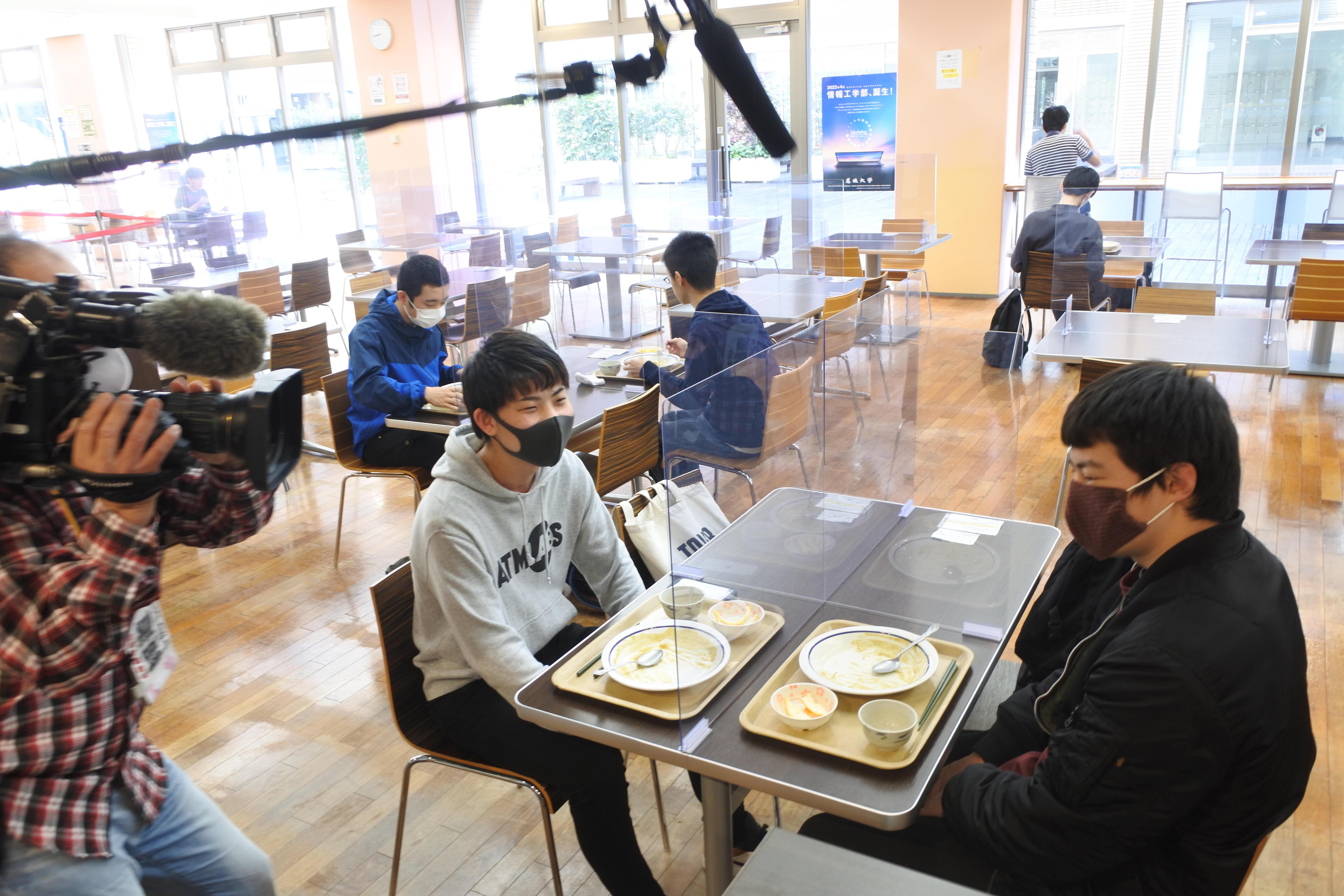 名城食堂でカレーライスの100円朝食を食べた学生たち。テレビの取材が入った